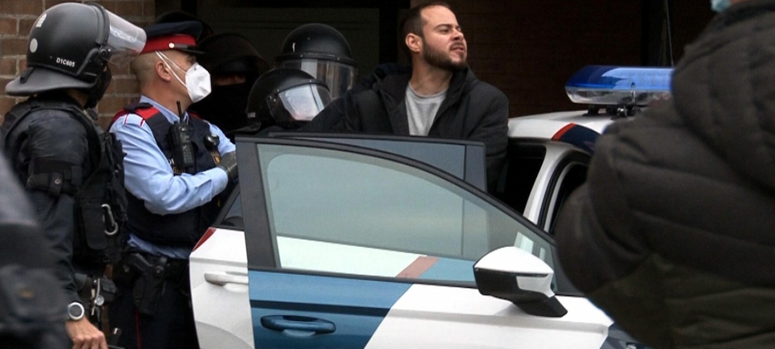 Moment en què els Mossos d'Esquadra s'emporten detingut el repaer Pablo Hasel | ACN