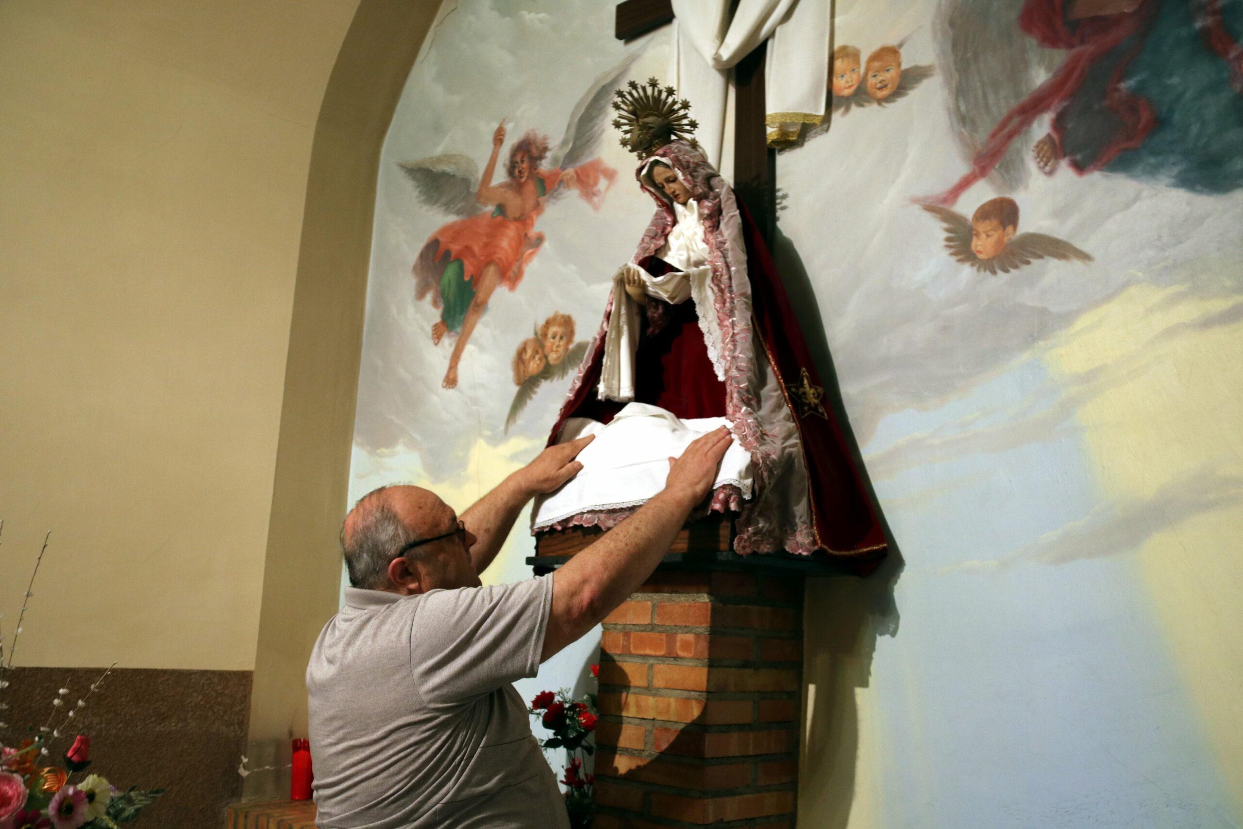 El responsable del manteniment de la capella, Àngel Manubens, mostrant on estava en santcrist /ACN
