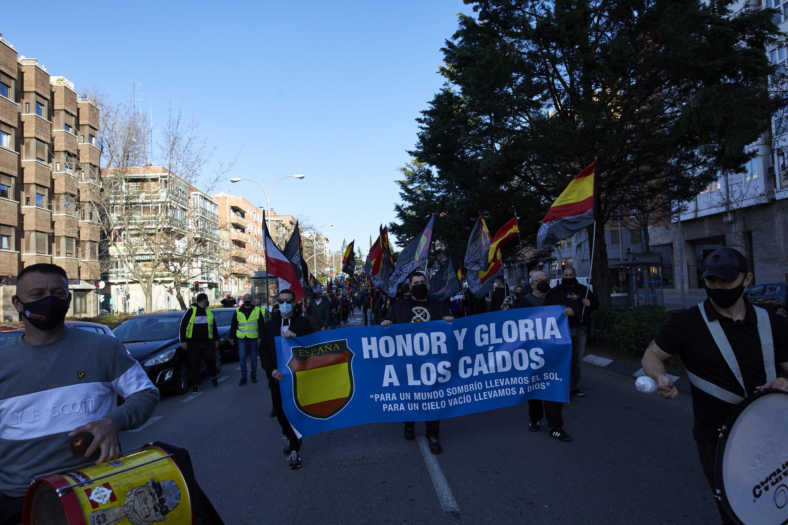 Diverses persones participen en una marxa neonazi a Madrid. Jesús Hellín / Europa Press