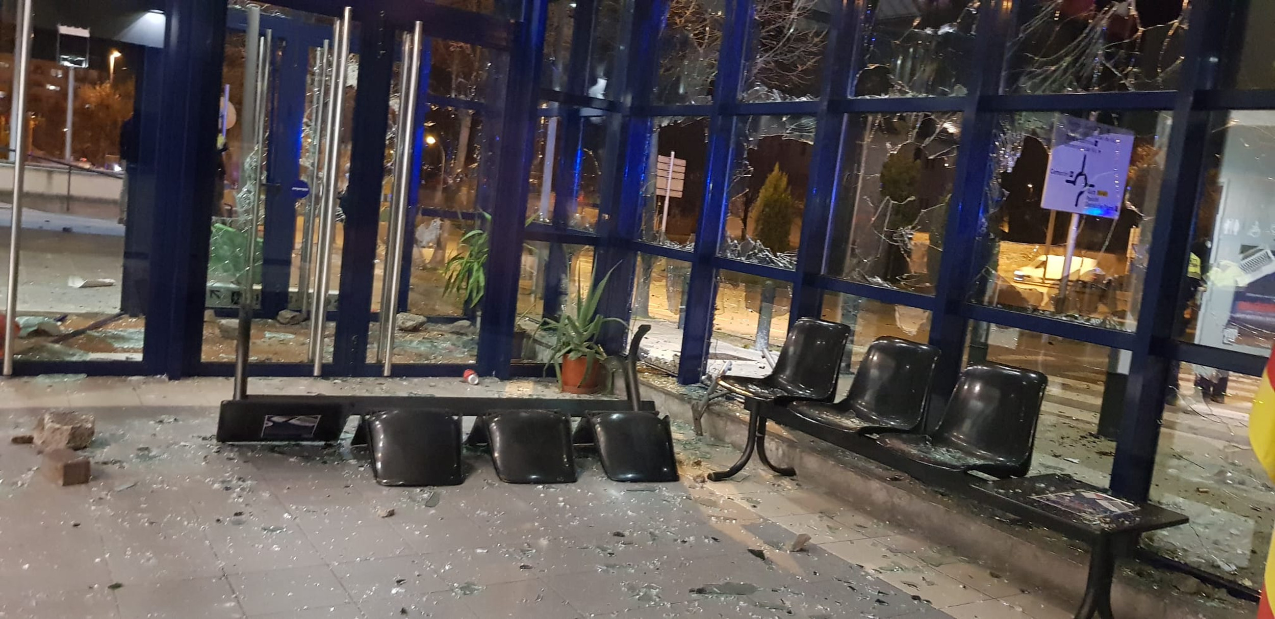 La comissaria de Vic amb tots els vidres trencats | ACN
