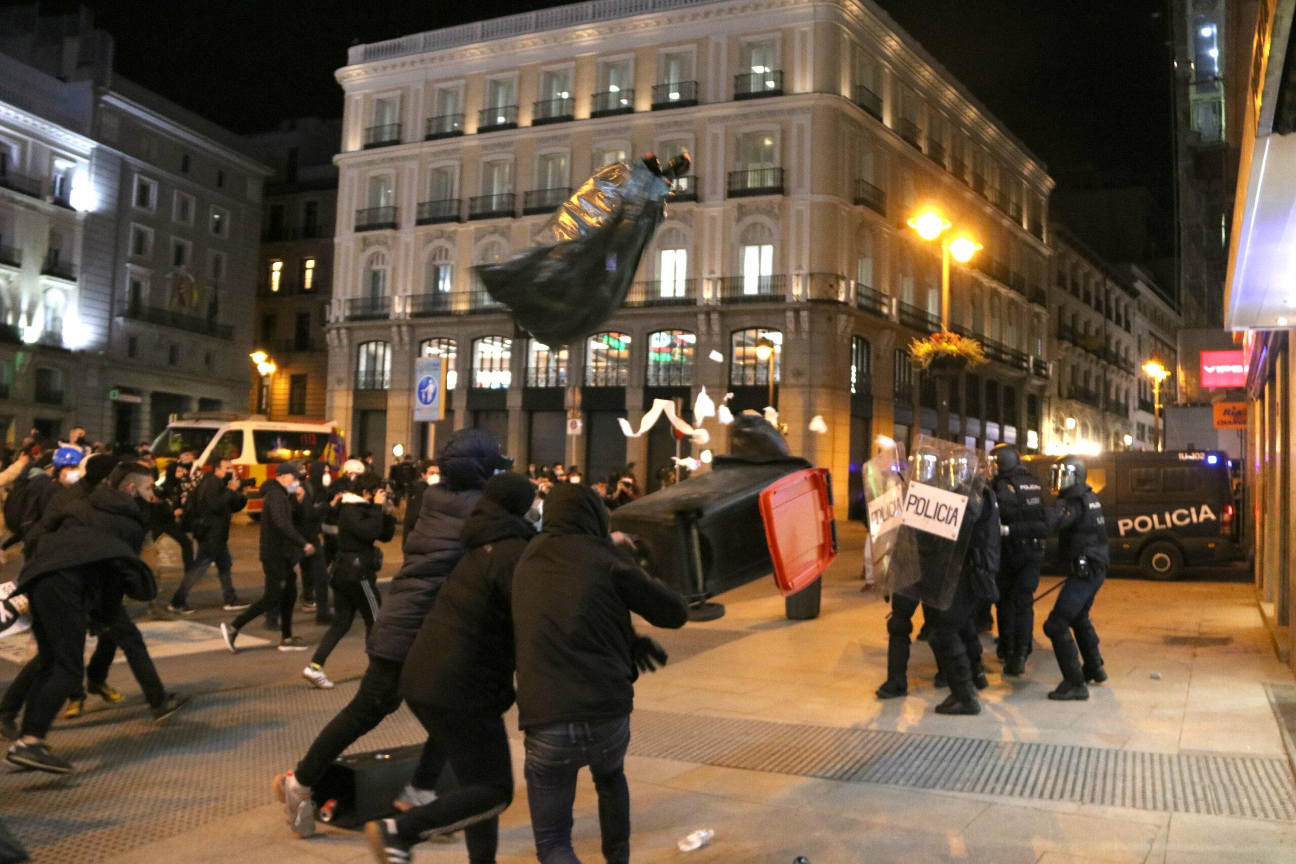 Un contenidor volant en els aldarulls a la Puerta del Sol de Madrid  (ACN)