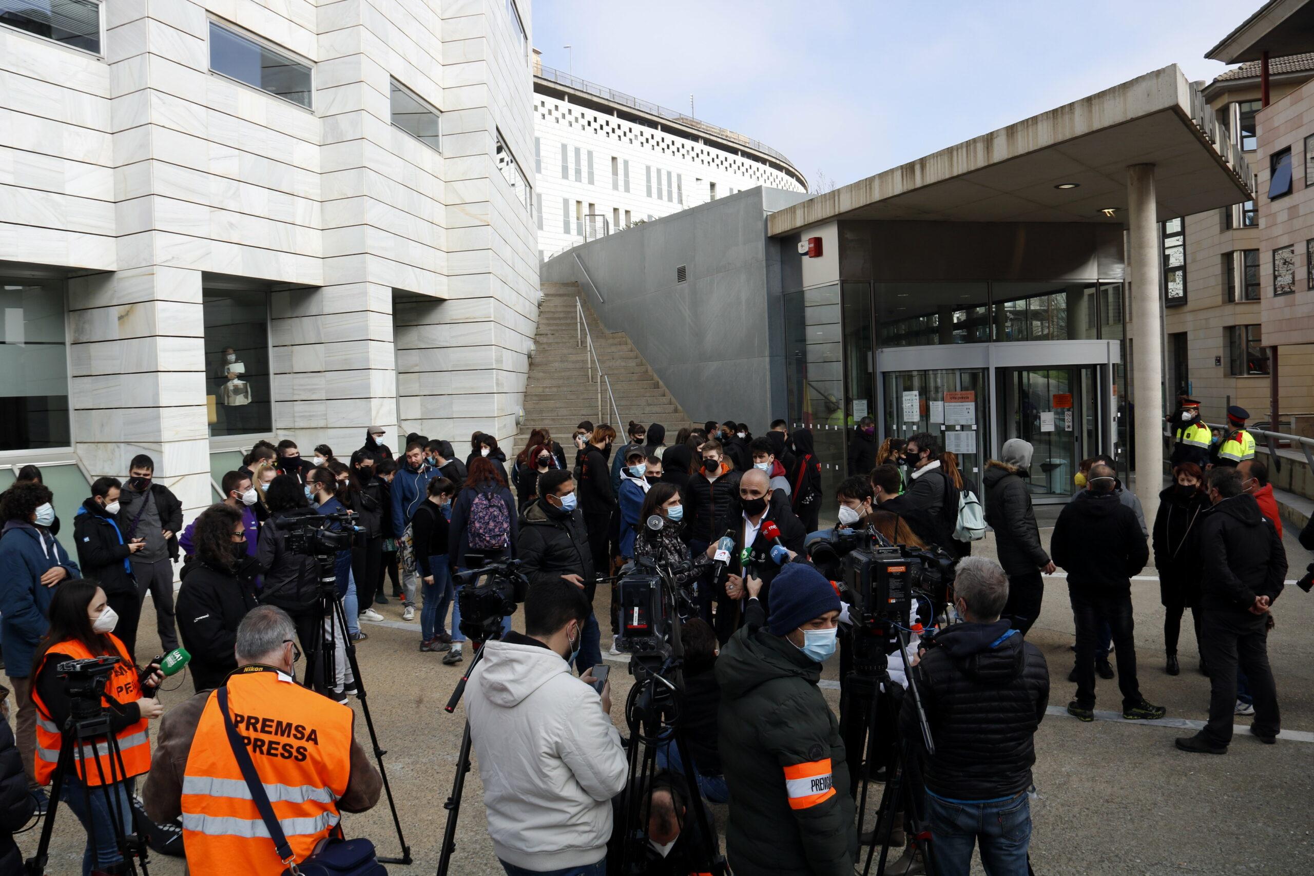 L'advocat dels detinguts a Lleida dimarts, Josep Maria Pocino, atenent els mitjans de comunicació davant dels jutjats de Lleida | ACN