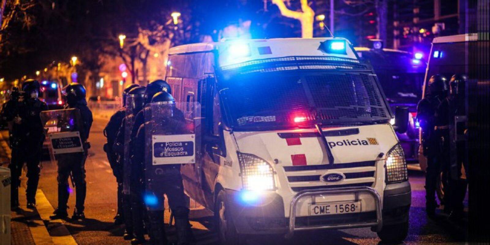 Dispositiu de Mossos entre la plaça Tetuan i la conselleria d'Interior / Jordi Borràs