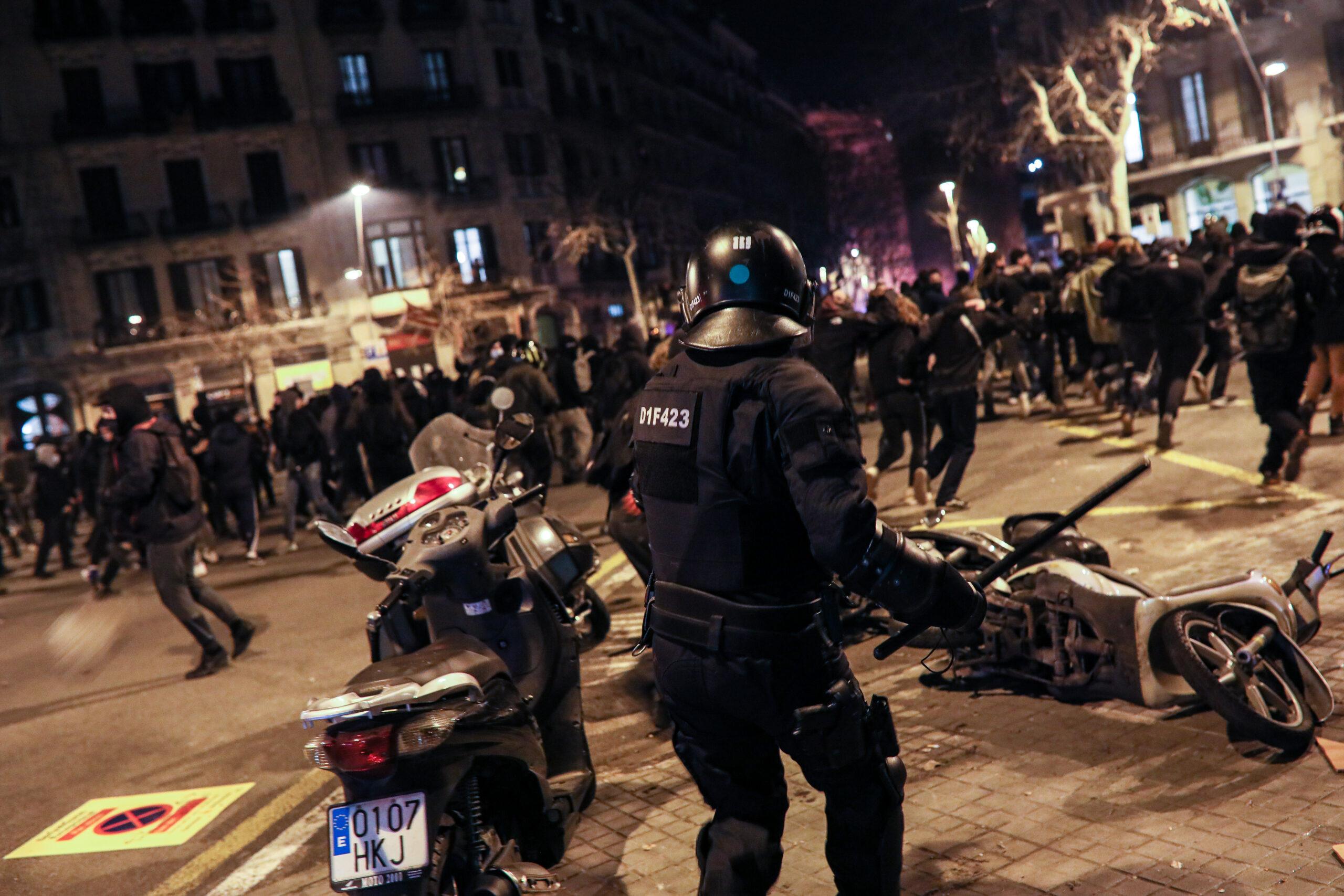 Un mosso a les manifestacions per Pablo Hasél | Jordi Borràs