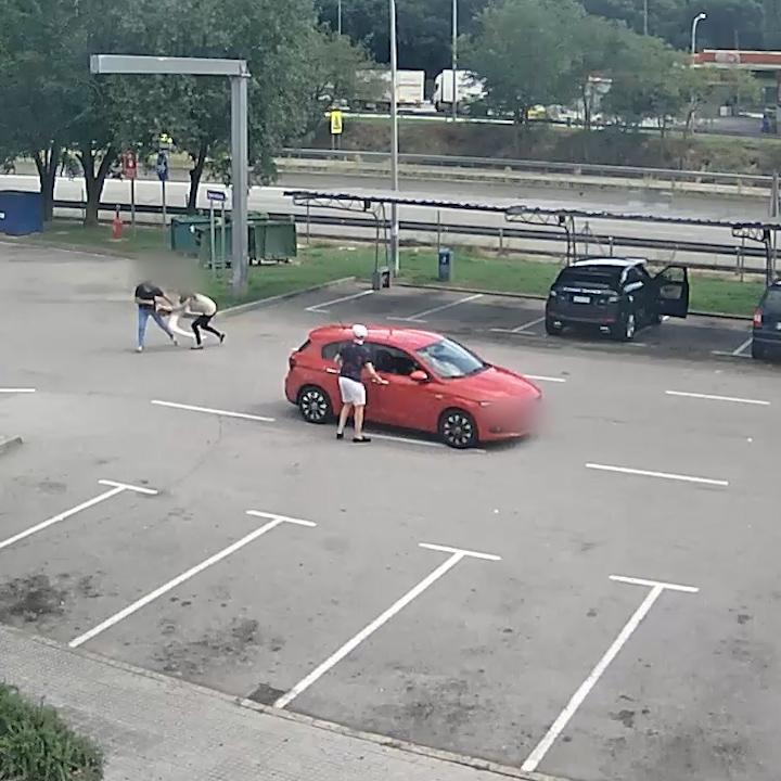Imatge de les càmeres de seguretat de l'assalt i el robatori a una dona en una àrea de servei de l'AP-7, la Montseny Sud | ACN
