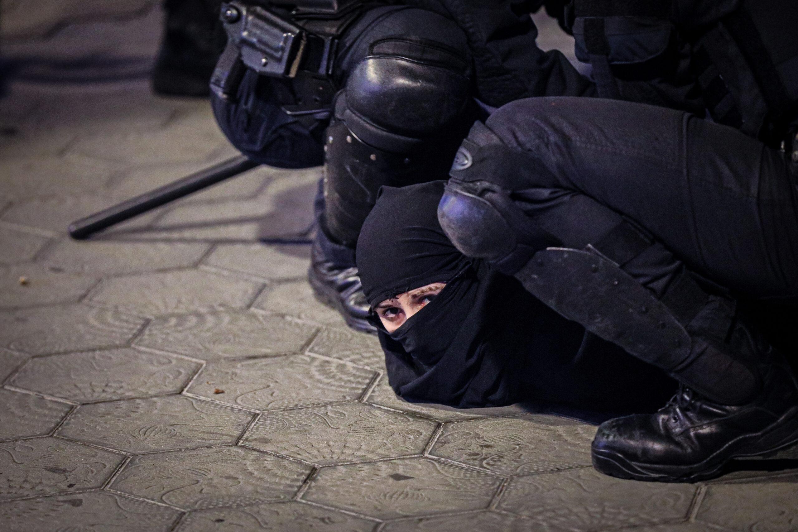 Els Mossos detenen una noia al Passeig de Gràcia de Barcelona en la cinquena nit de protestes per Pablo Hasél | Jordi Borràs