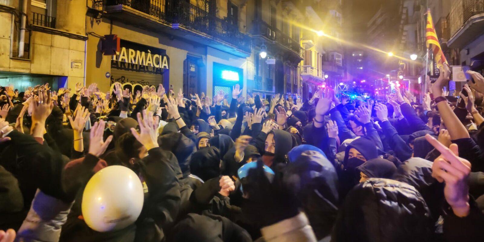 Manifestants amb les mans alçades abans de rebre una dura càrrega policial a Gràcia, la 5a nit de protestes per Hasél / David Cobo