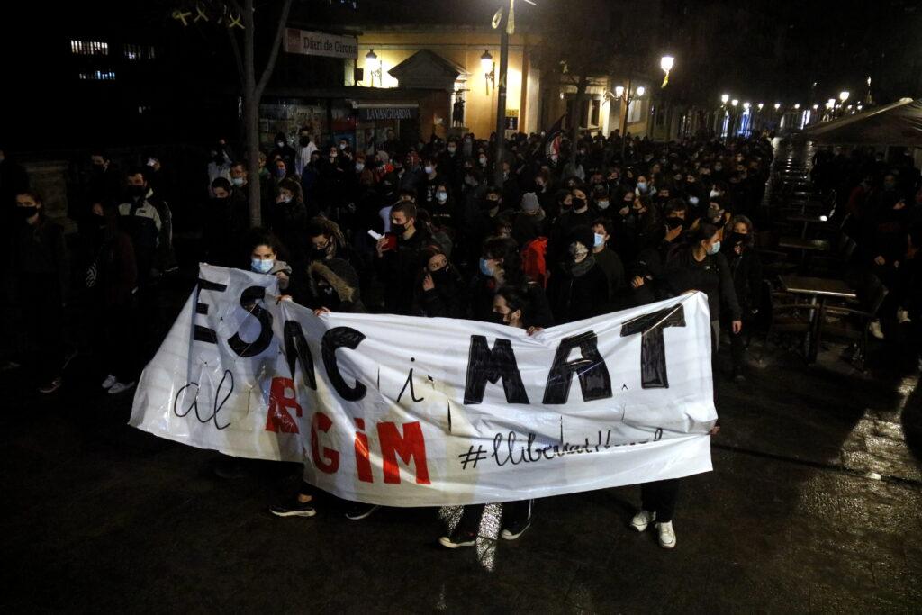 Els manifestants passant per la part alta de la Rambla de Girona | ACN