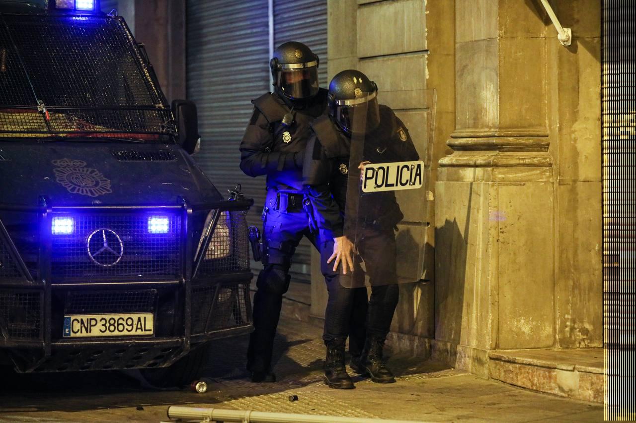 Un policia espanyol cau ferit en la sisena nit de protestes a Barcelona | Jordi Borràs