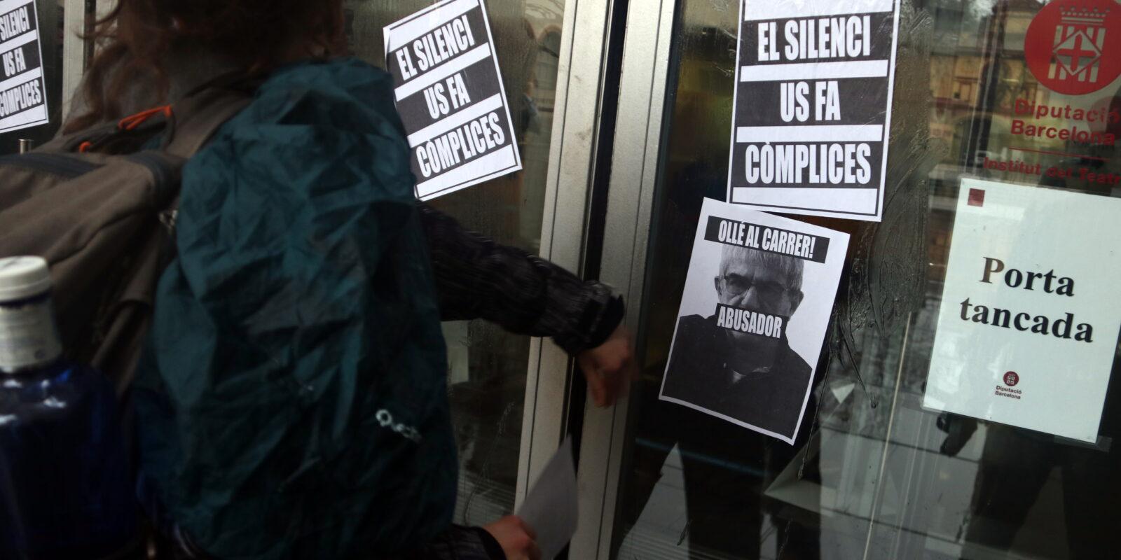 Alumnes de l'Institut del Teatre enganxen cartells a la porta del centre per denunciar els presumptes casos d'abús de poder i assetjament / ACN