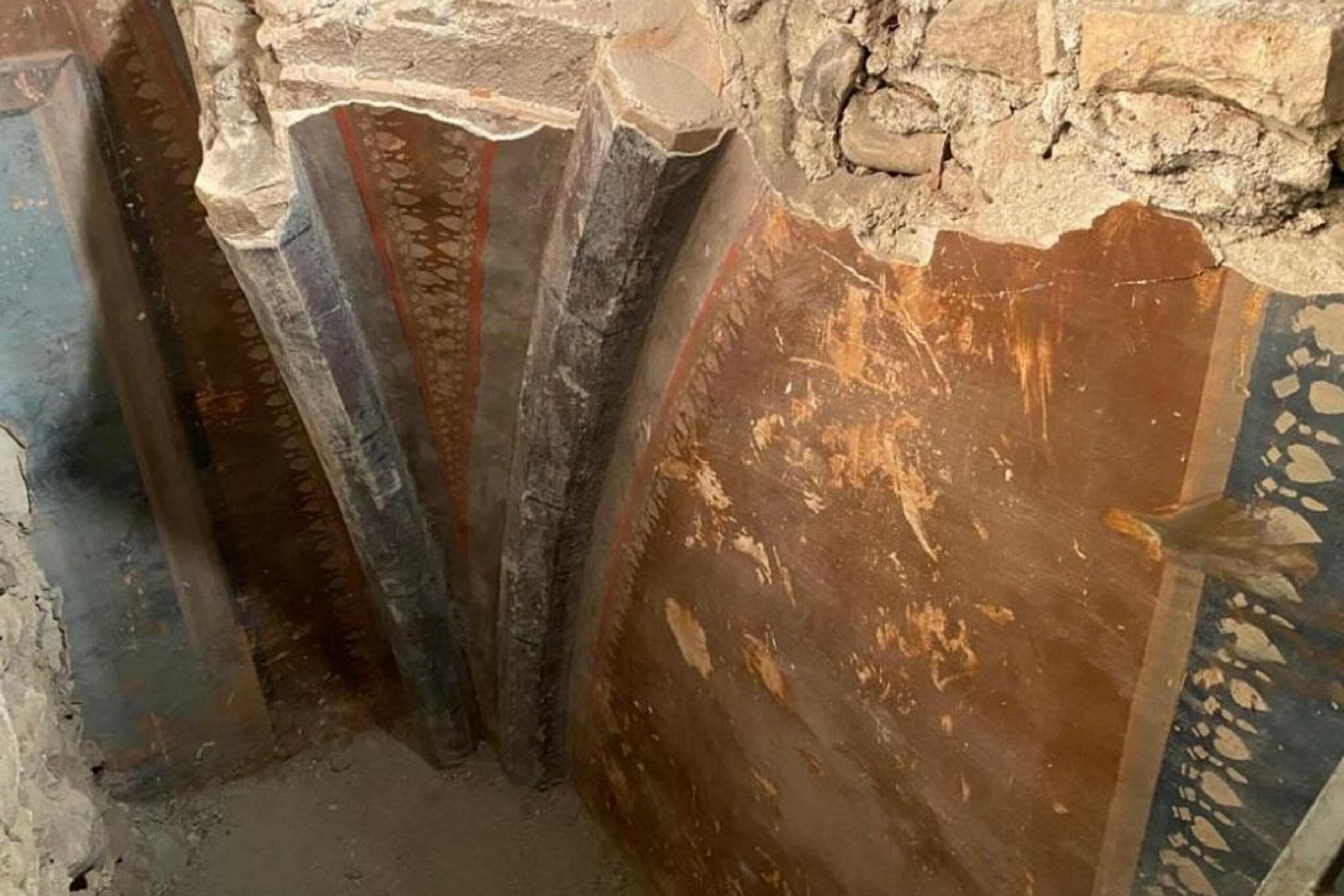 Pla detall de les pintures que han aparegut durant els treballs de l'església de Sant Pere de Ripoll en una imatge publicada el 25 de febrer del 2021 / ACN