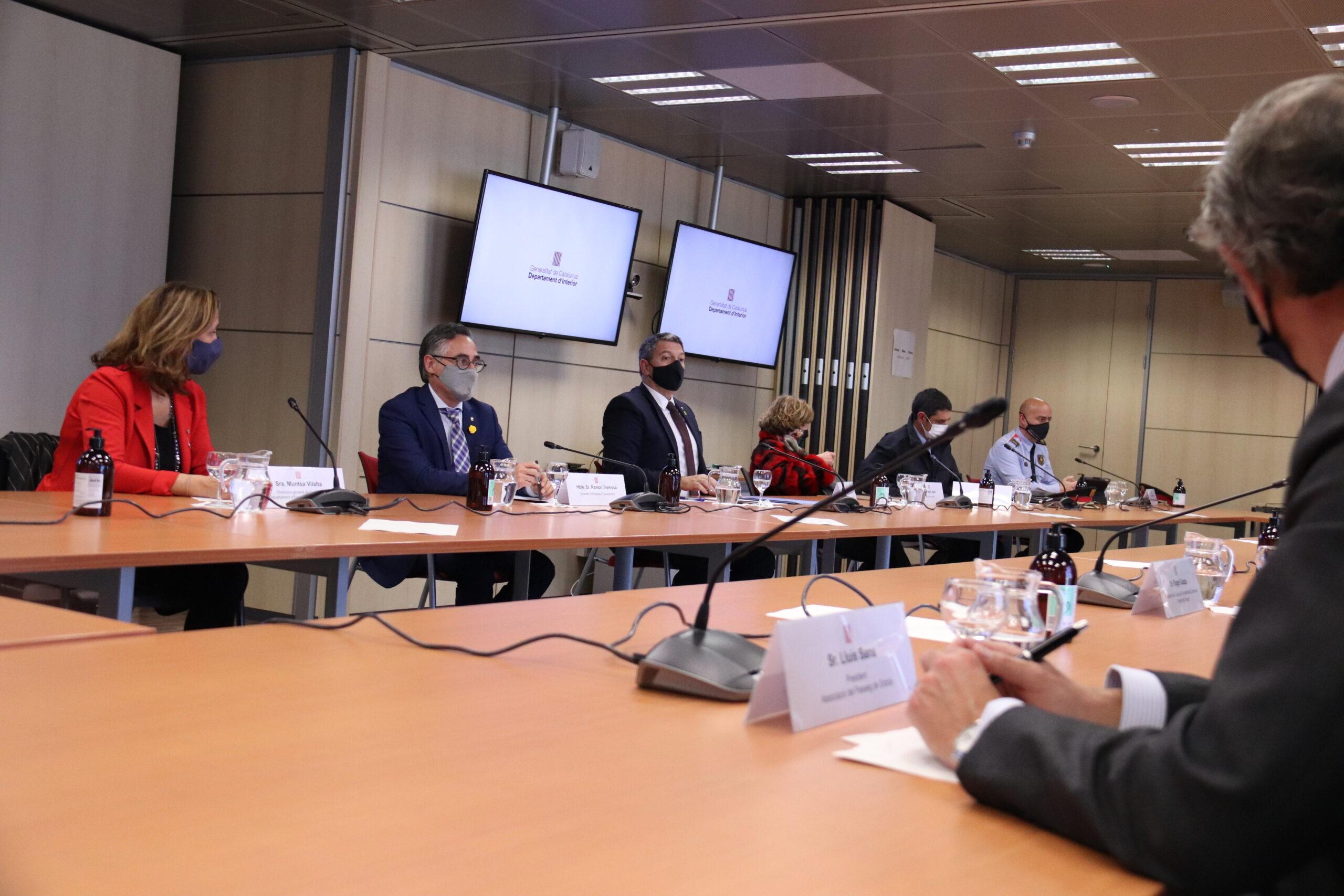 Pla mitjà del conseller d'Interior, Miquel Samper, i el conseller d'Empresa, Ramon Tremosa, en una reunió amb representants de Foment, Barcelona Oberta i l'Associació de Comerciants del Passeig de Gracia, el 25 de febrer del 2021 (Horitzontal)