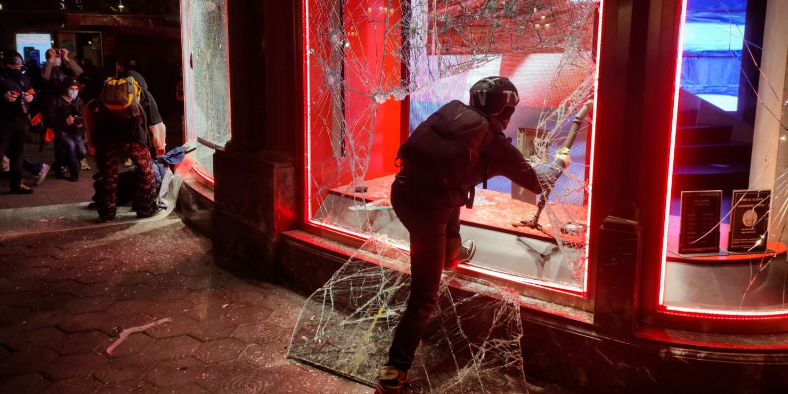Manifestant saquejant la botiga Diesel de Pg de Gràcia, la 5a nit d'aldarulls / David Cobo