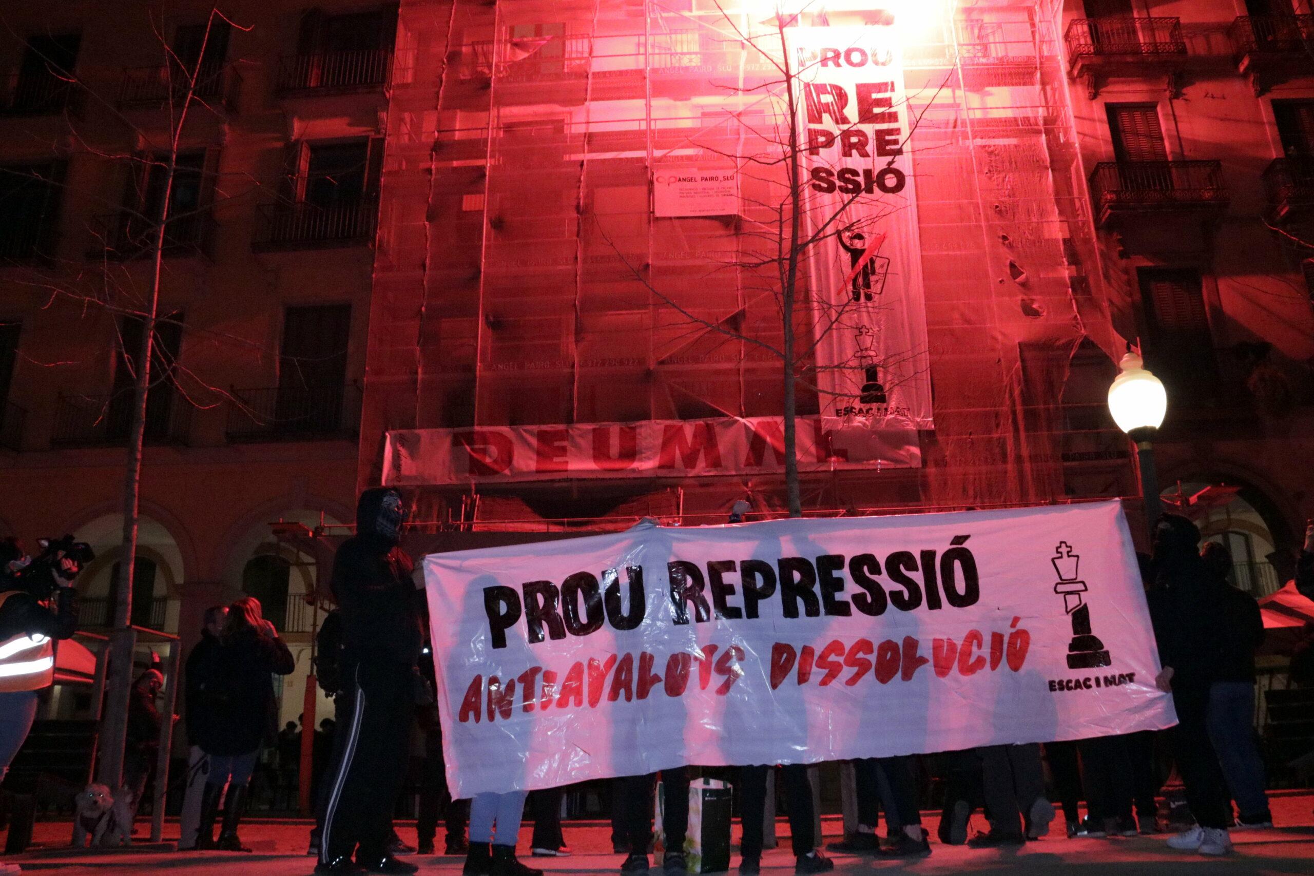 La pancarta desplegada pels manifestants a la plaça Independència de Girona, el 27 de febrer del 2021 (horitzontal)
