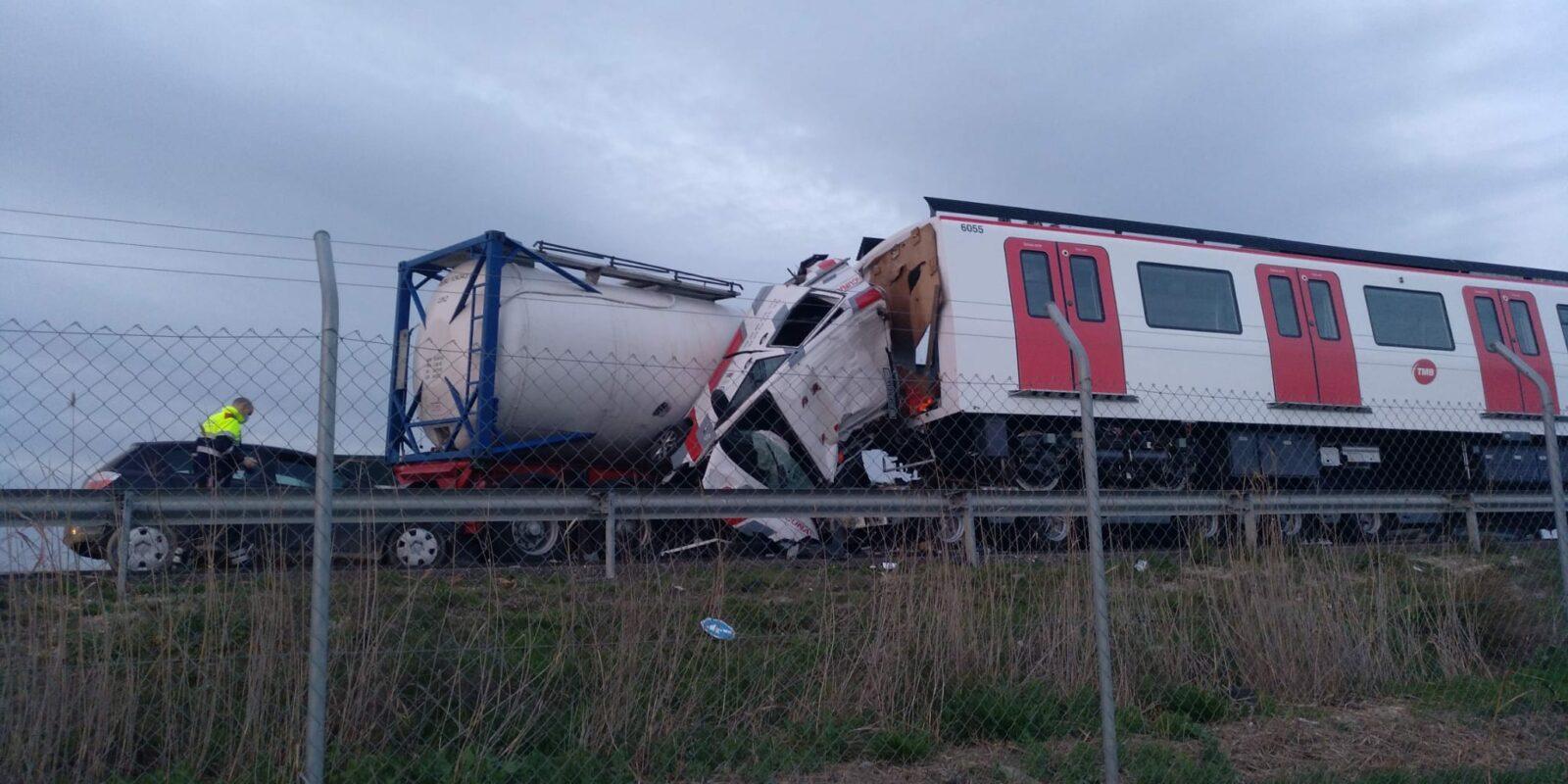 Accident amb un camió que transportava un vagó del metro implicat / Cedida