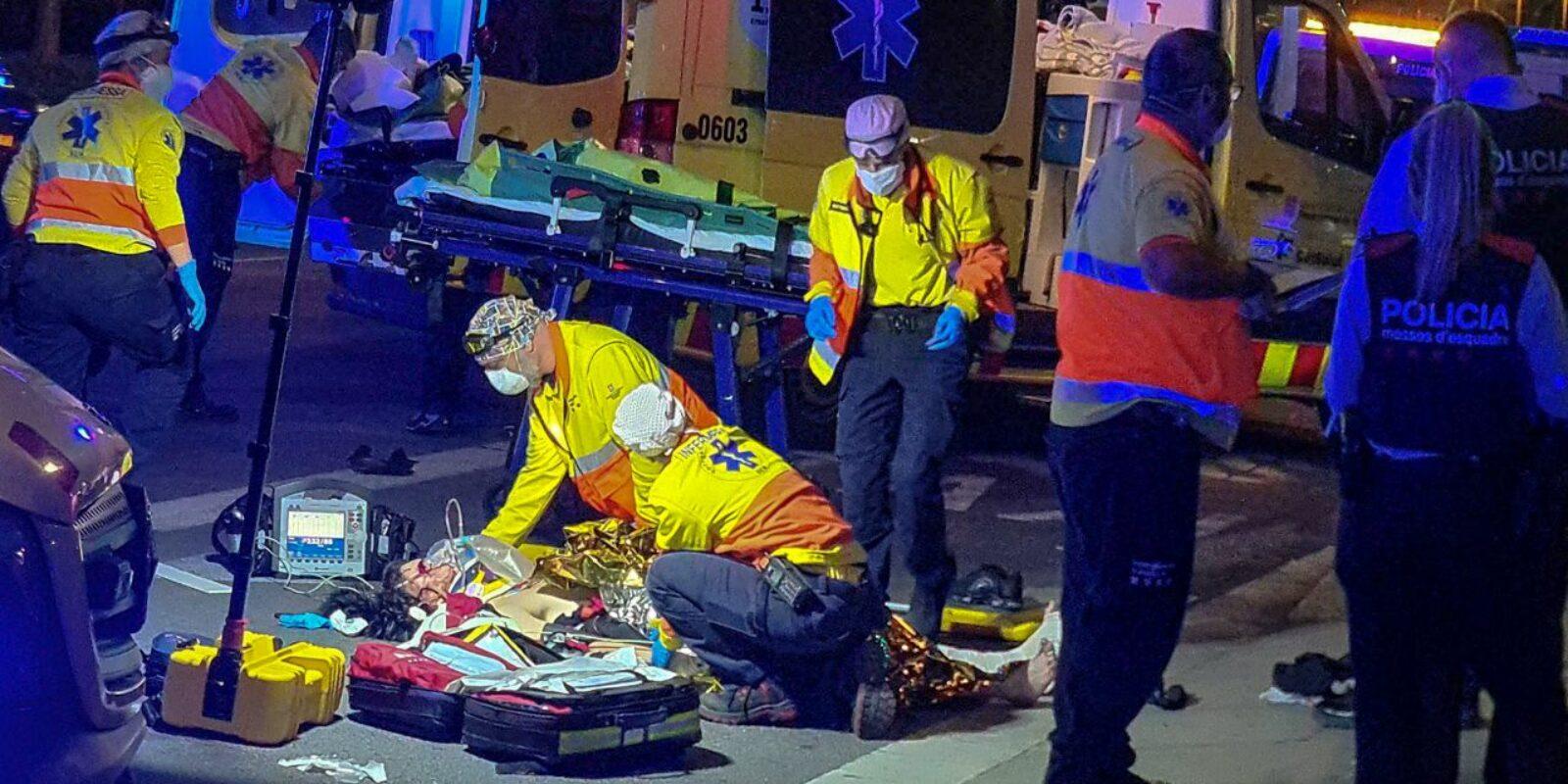 El SEM atenent ferits a l'atropellament triple de la Meridiana / David Melero