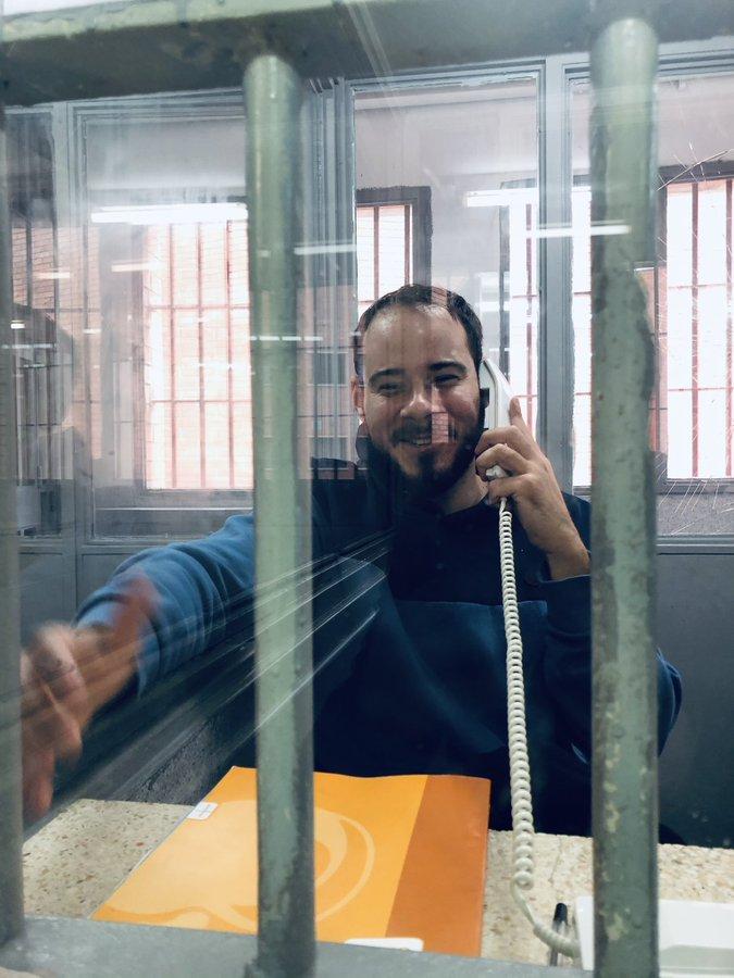 El raper Pablo Hasél parlant a través d'un telèfon en una de les cabines de visita de la presó de Ponent   ACN