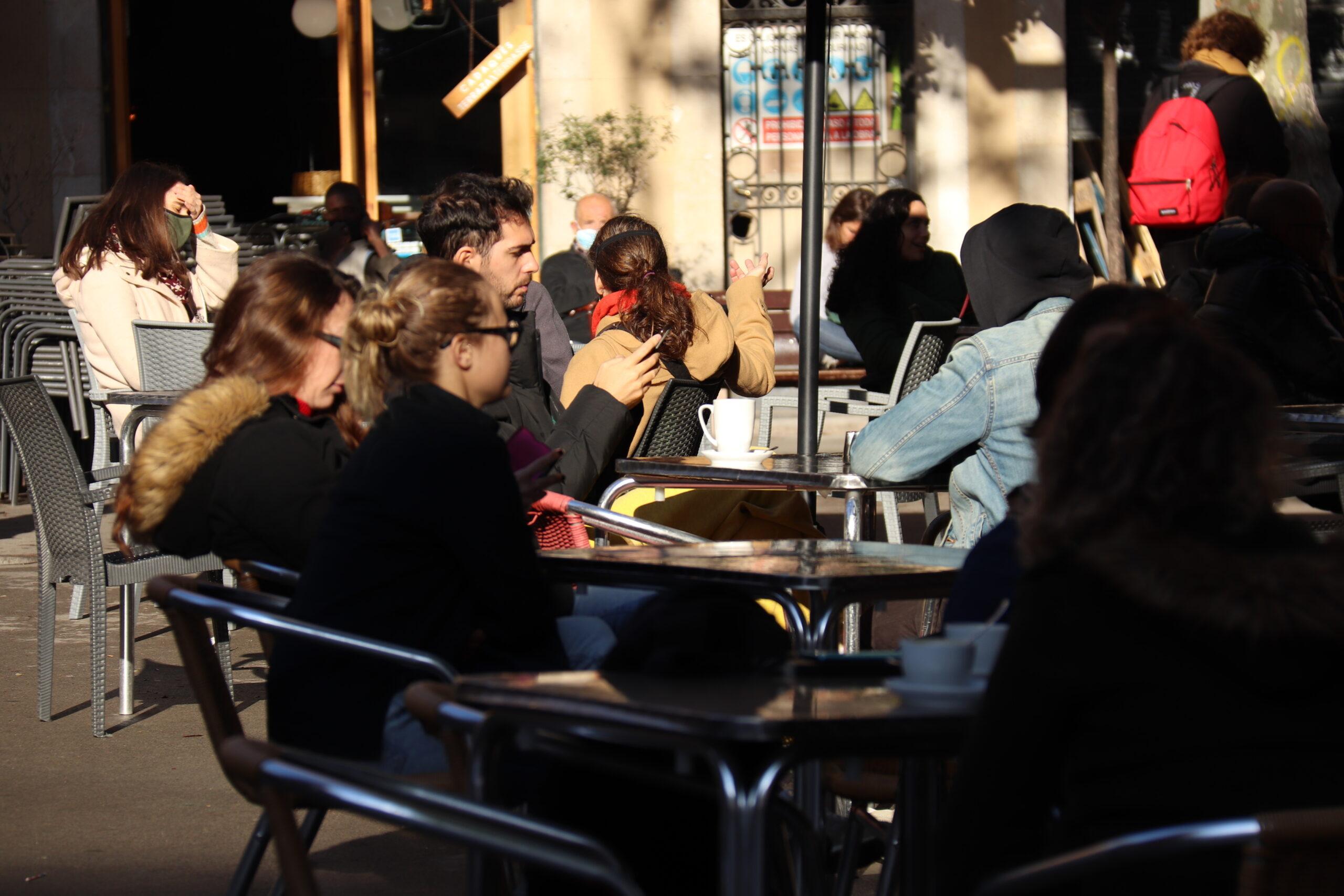 Un grup de clients asseguts a les terrasses de la plaça de la Vila de Gràcia, el 23 de novembre del 2020 / ACN