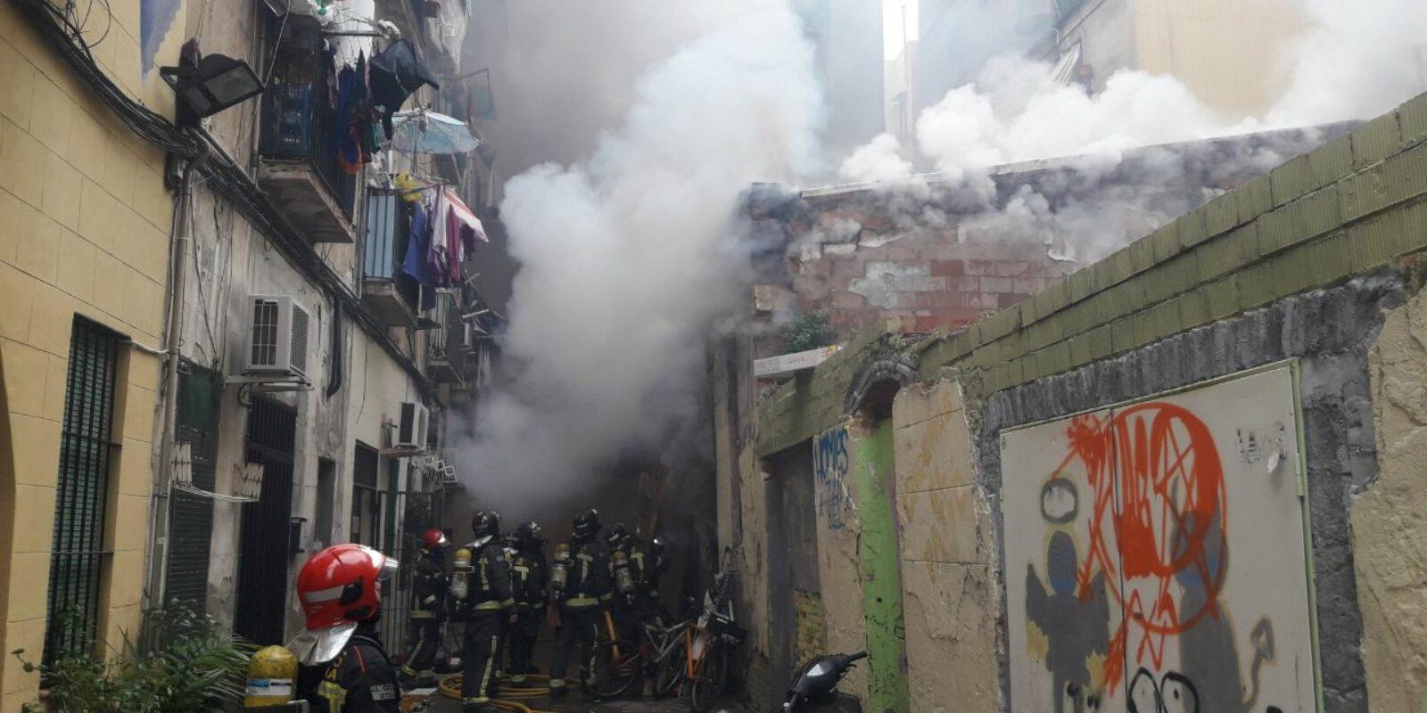 Imatge d'arxiu dels bombers apagant un incendi al Raval / Bombers de Barcelona