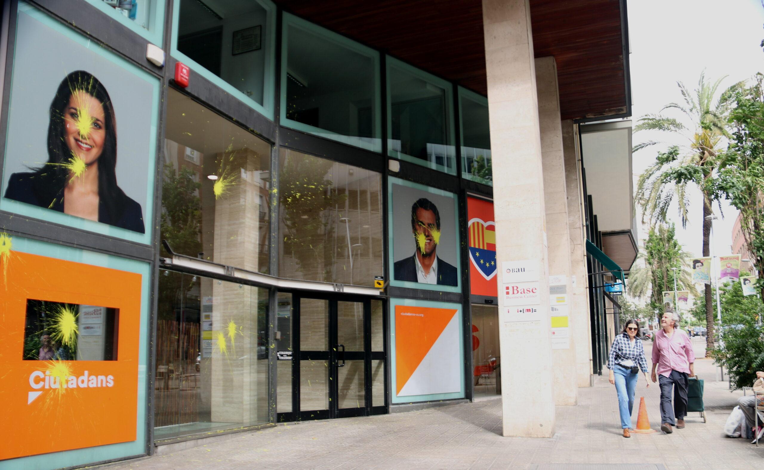 La façana de la seu de Cs a Barcelona embrutada per l'impacte d'ous plens de pintura groga | ACN