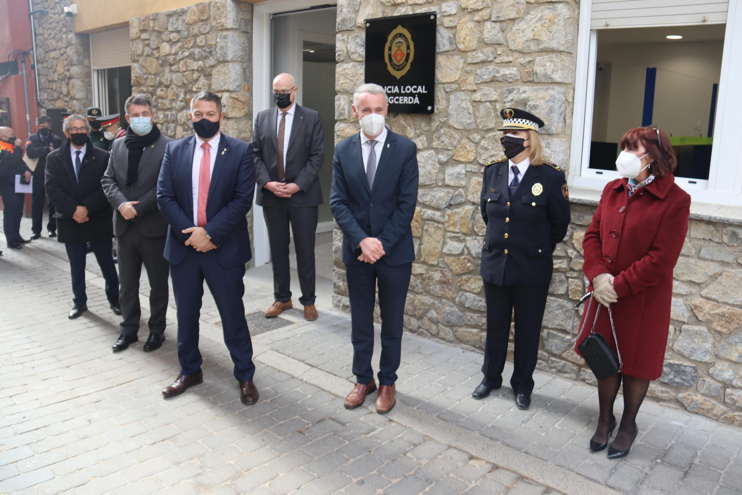 El conseller d'Interior, Miquel Sàmper, a l'exterior de la seu de la policia local de Puigcerdà amb el seu alcalde, Albert Piñeira, el president de la Diputació de Girona, Miquel Noguer, i altres autoritats