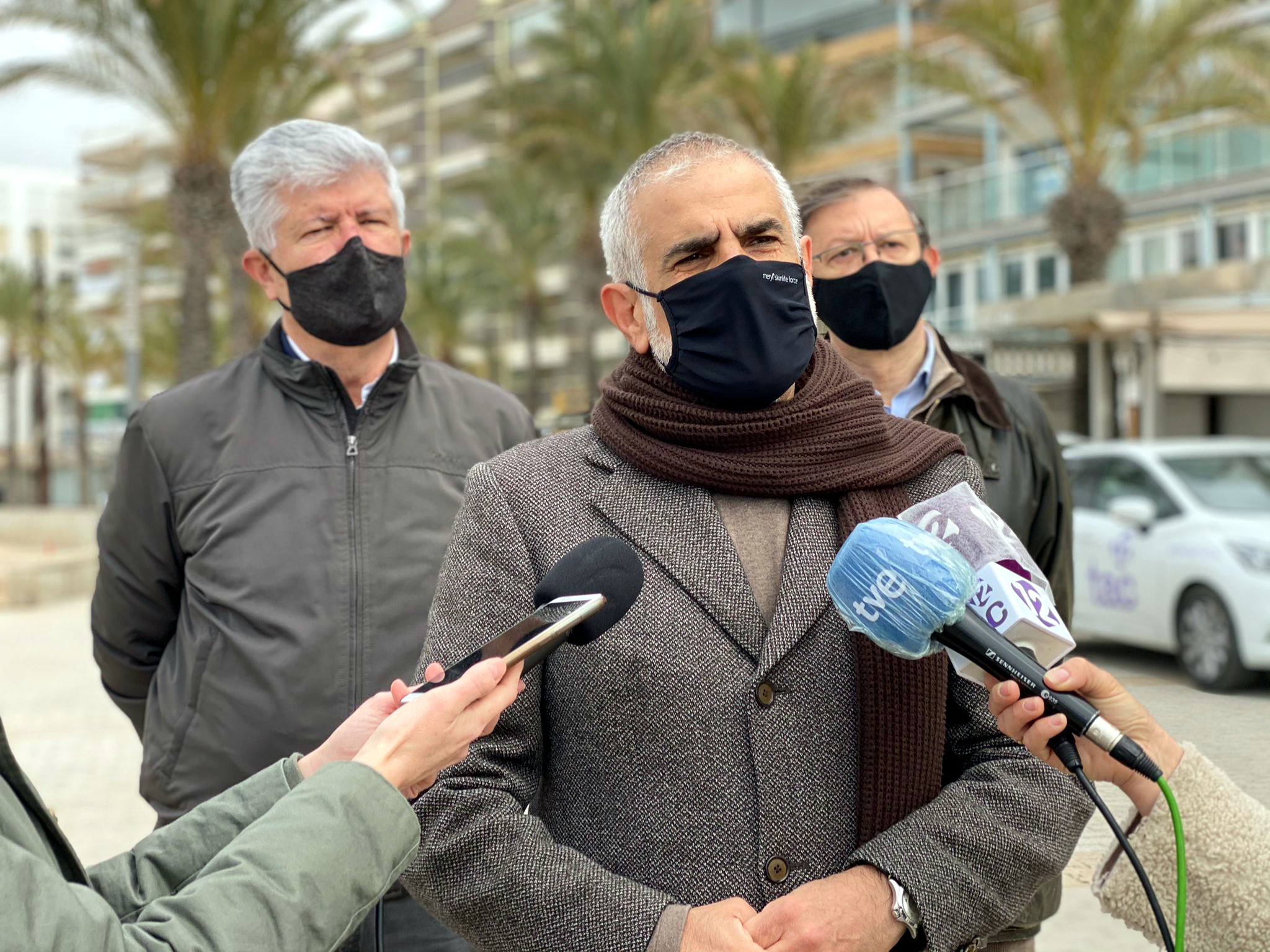 El líder de Cs, Carlos Carrizosa, atenent els mitjans a Salou.