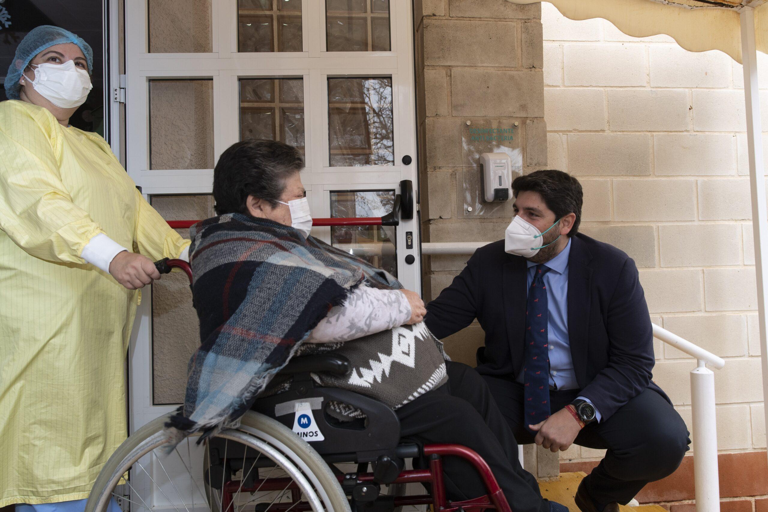 Fernando López Miras visitant una residència de gent gran | Europa Press