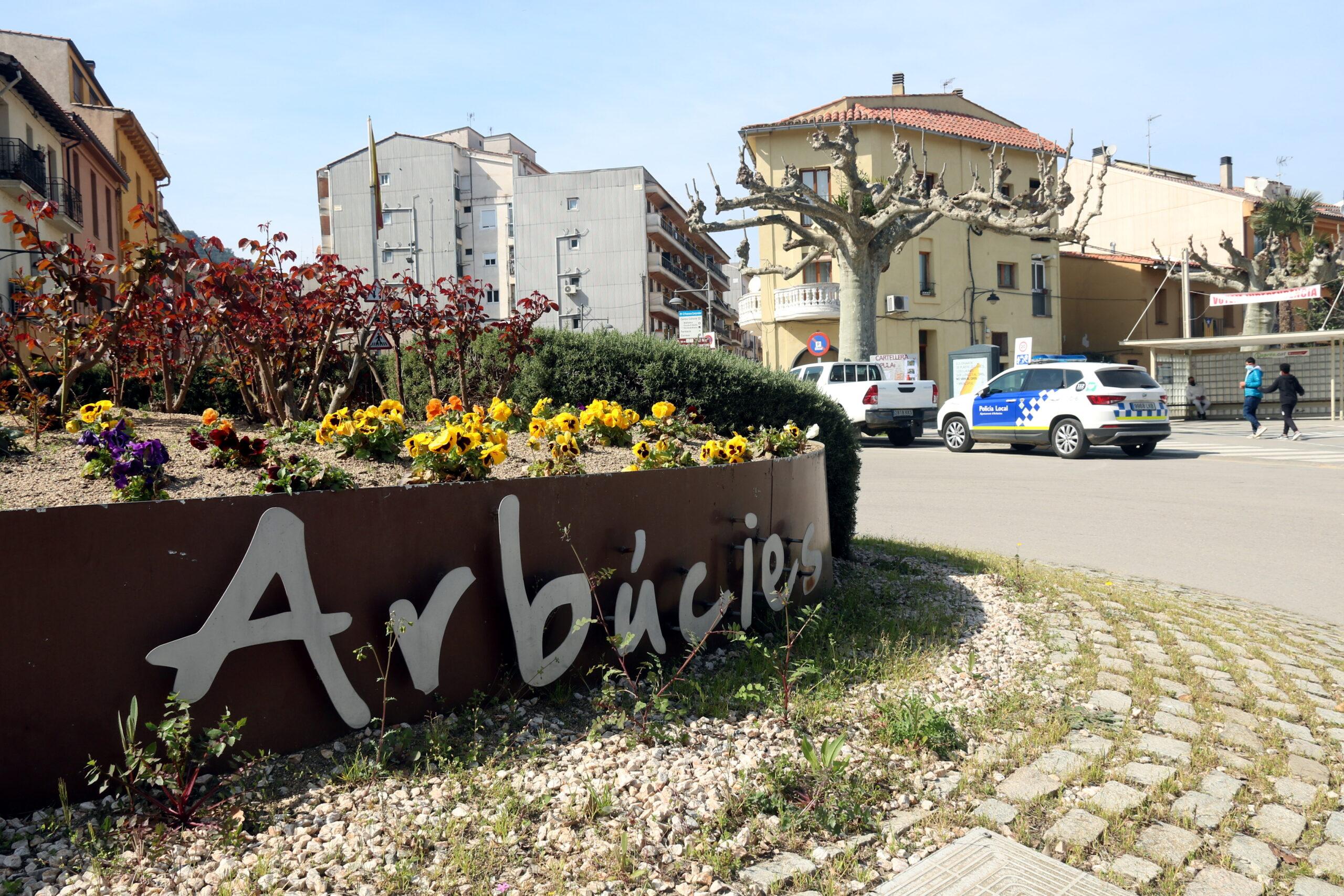 La rotonda d'entrada a Arbúcies, amb les lletres de ferro forjat amb el nom del poble (ACN)