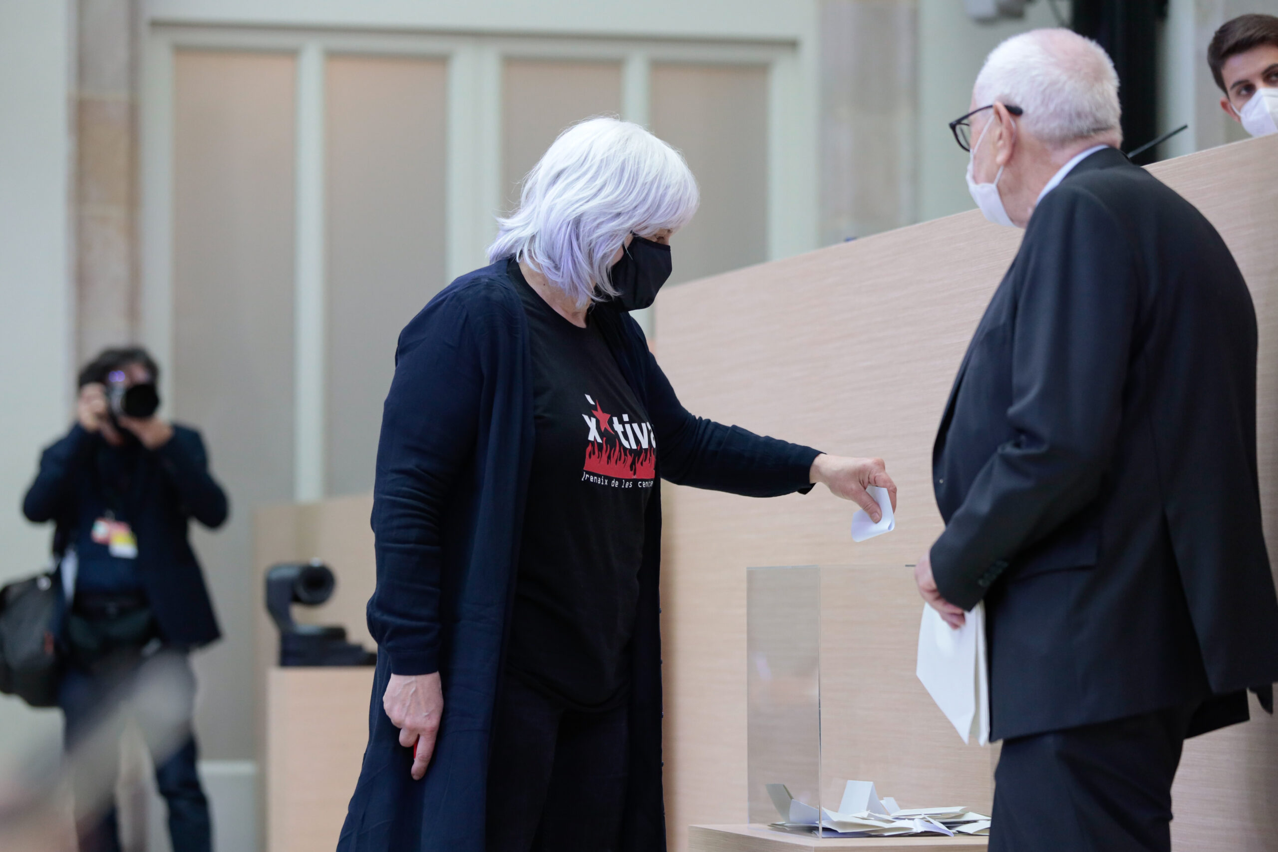 La diputada de la CUP Dolors Sabater votant durant l'elecció de la Mesa del Parlament de la XIII legislatura | ACN