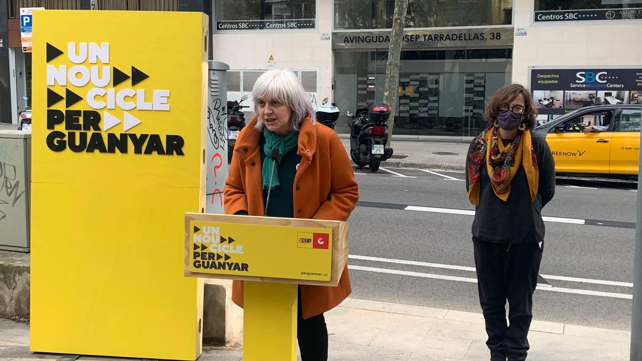 Pla sencer de la candidata de la CUP a les eleccions del 14-F, Dolors Sabater, amb la número tres de la llista, Eulàlia Reguant, en una roda de premsa davant les oficines de Haya Real Estate a Barcelona, divendres 12 de febrer del 2021. Horitzontal