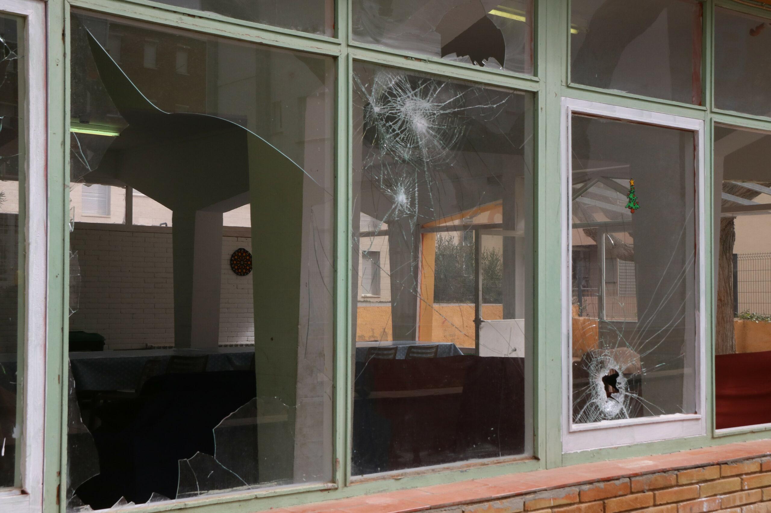 Les finestres del centre de menors de Torredembarra, destrossades després de l'atac del 19 de febrer / ACN