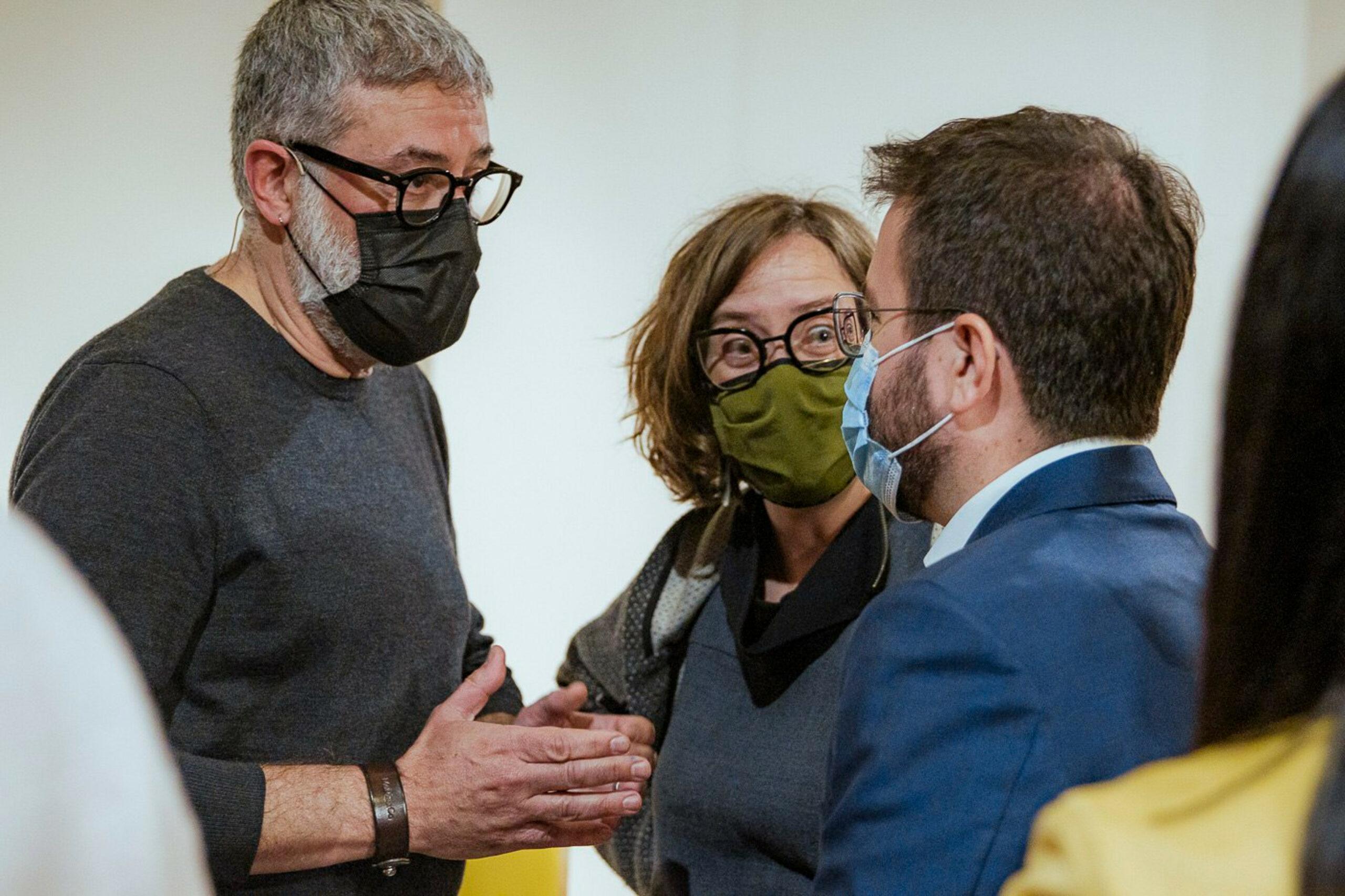 Carles Riera i Eulàlia Reguant parlant amb Pere Aragonès | ACN