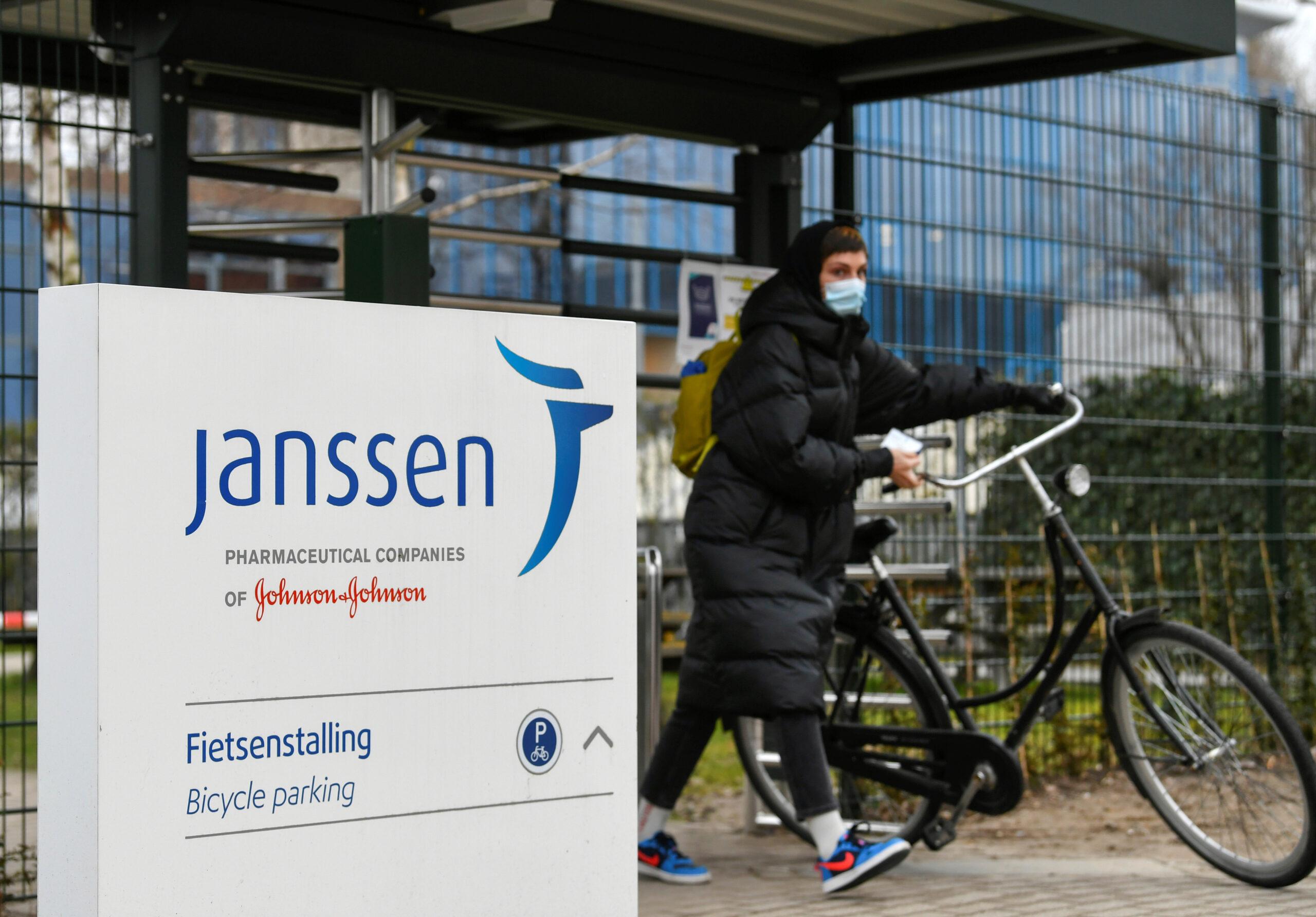 Una dona amb la seva bicicleta a la filial de Johnson&Johnson, Janssen, a Leiden, Països Baixos | ACN