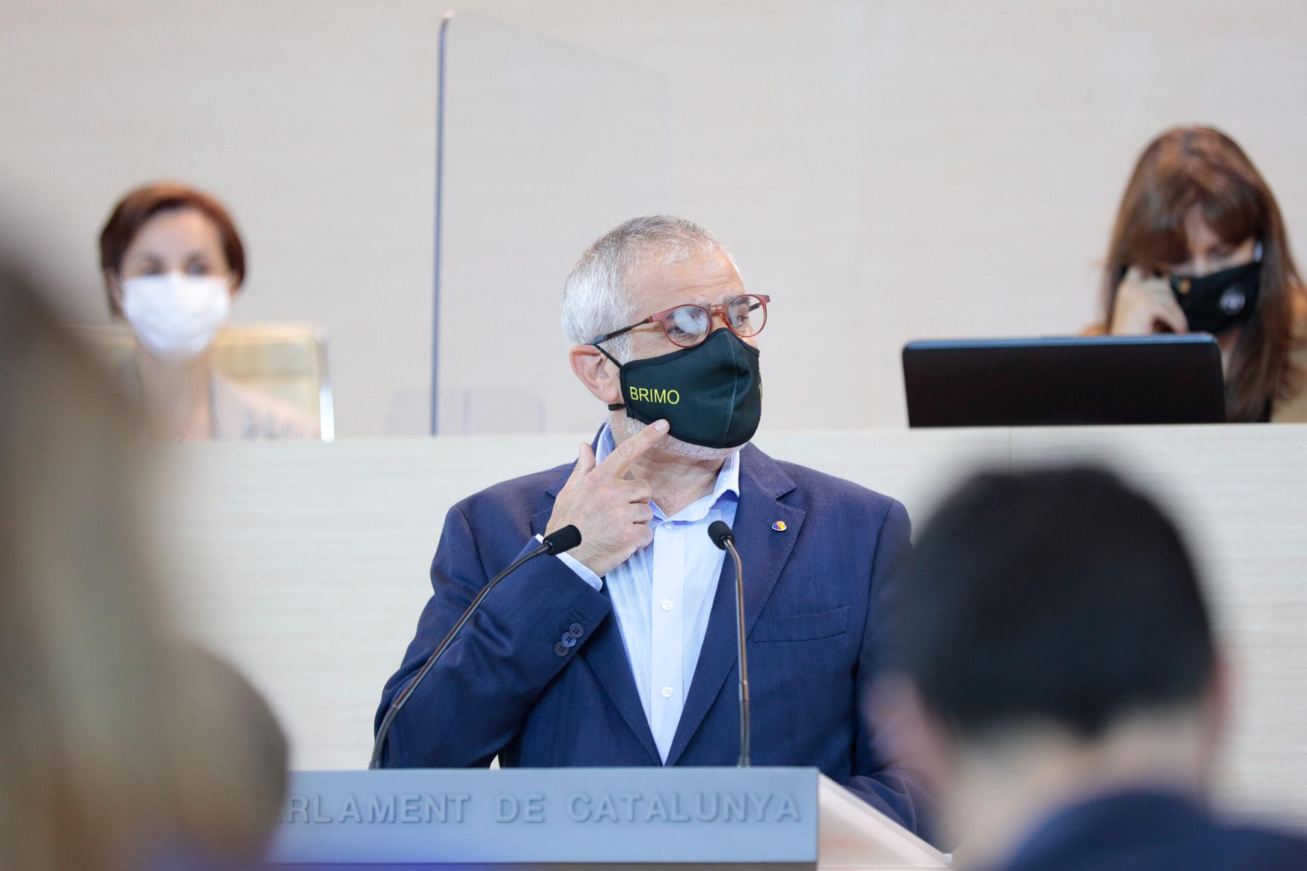 Carlos Carrizosa, portaveu de Cs, s'assenyala la mascareta amb el símbol de la Brigada Mòbil dels Mossos d'Esquadra, durant el debat d'investidura de Pere Aragonès el 26 de març del 2021 al Parlament, a Barcelona. Primer pla. (Horitzontal)