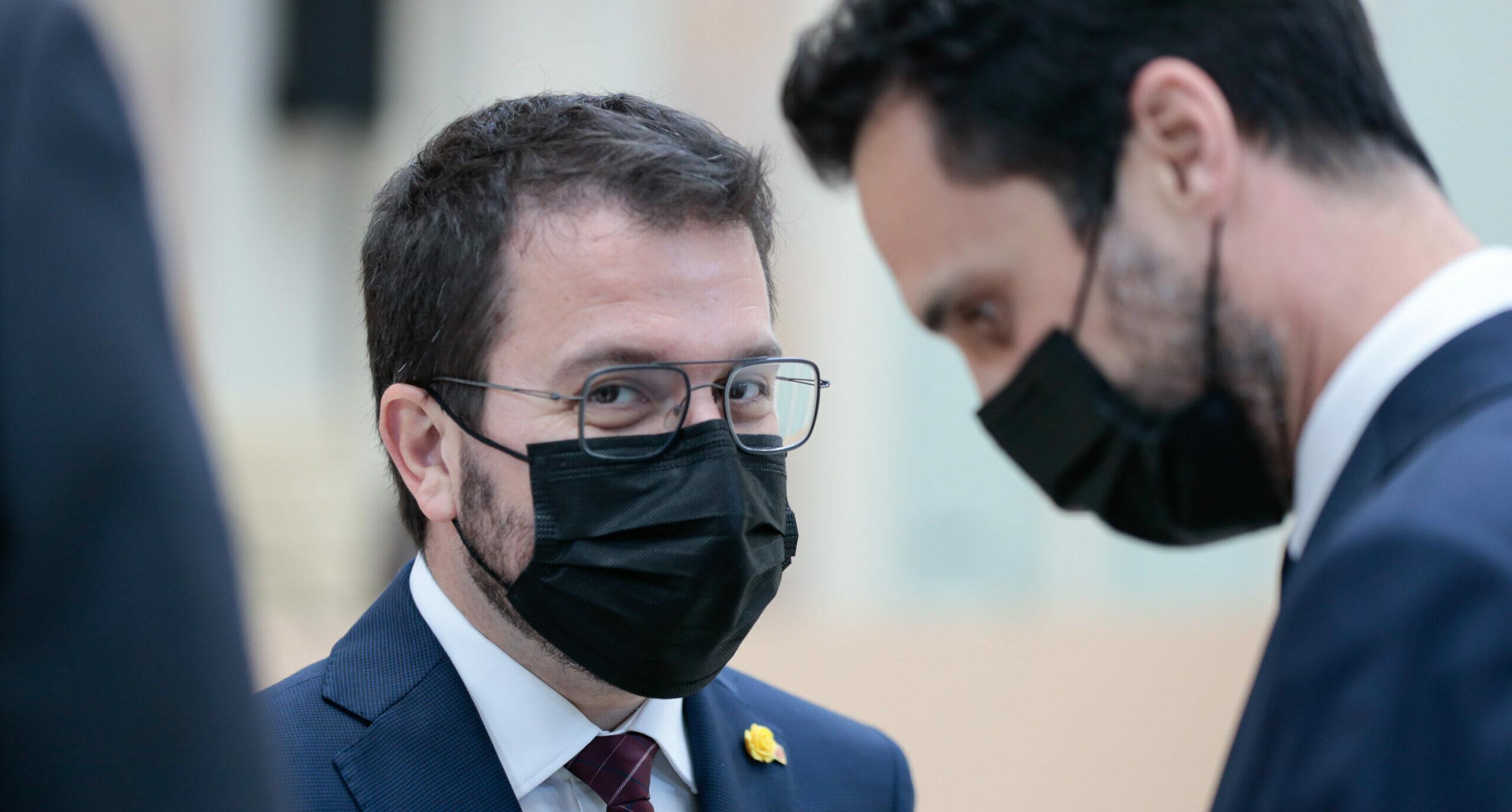 El candidat a la investidura, Pere Aragonès, i l'expresident del Parlament, Roger Torrent, durant el ple d'investidura, el 26 de març de 2021. (Horitzontal)
