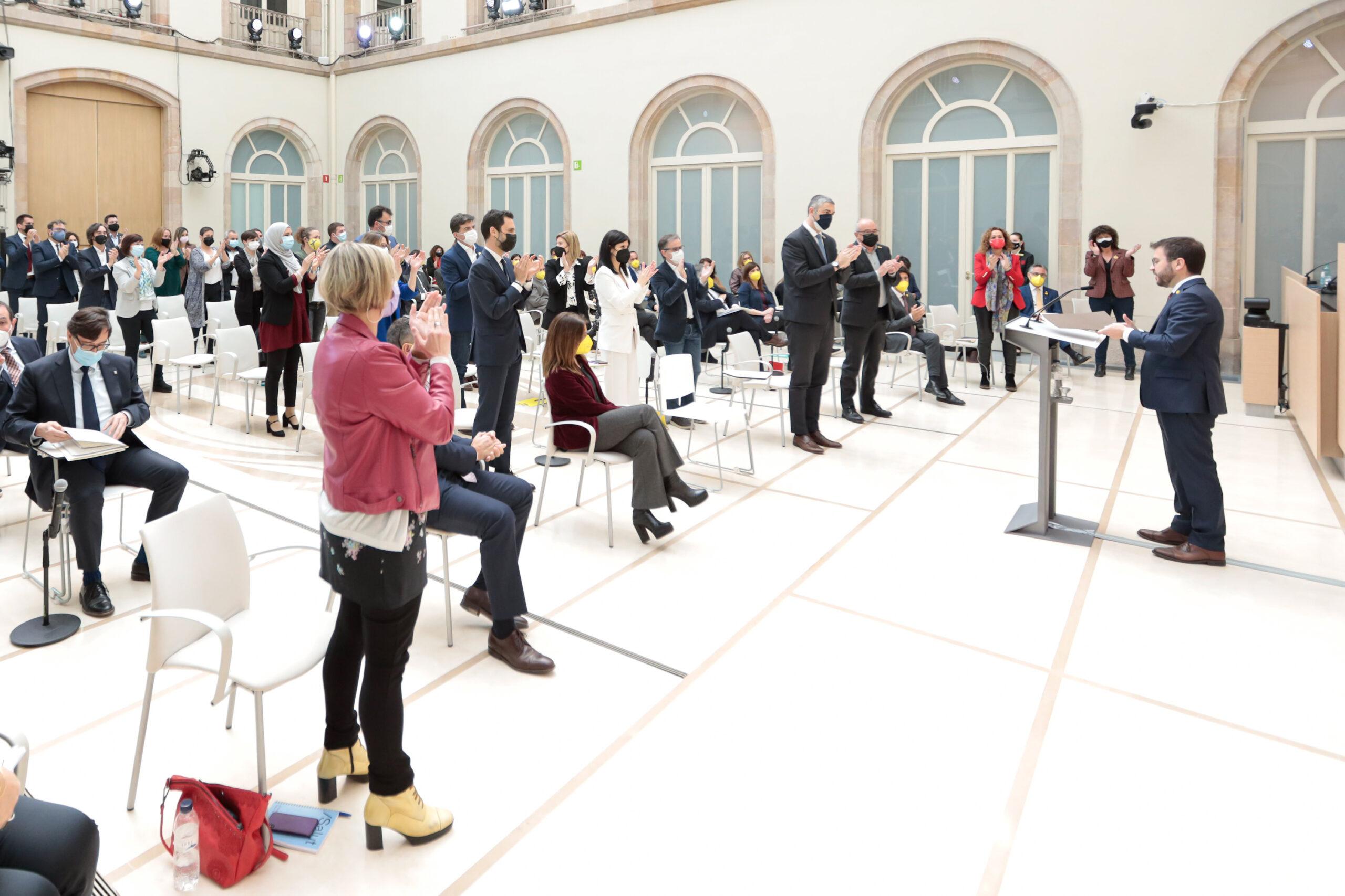 Els diputats d'ERC aplaudeixen el candidat Pere Aragonès, durant el debat d'investidura, el 26 de març de 2021. (Horitzontal)