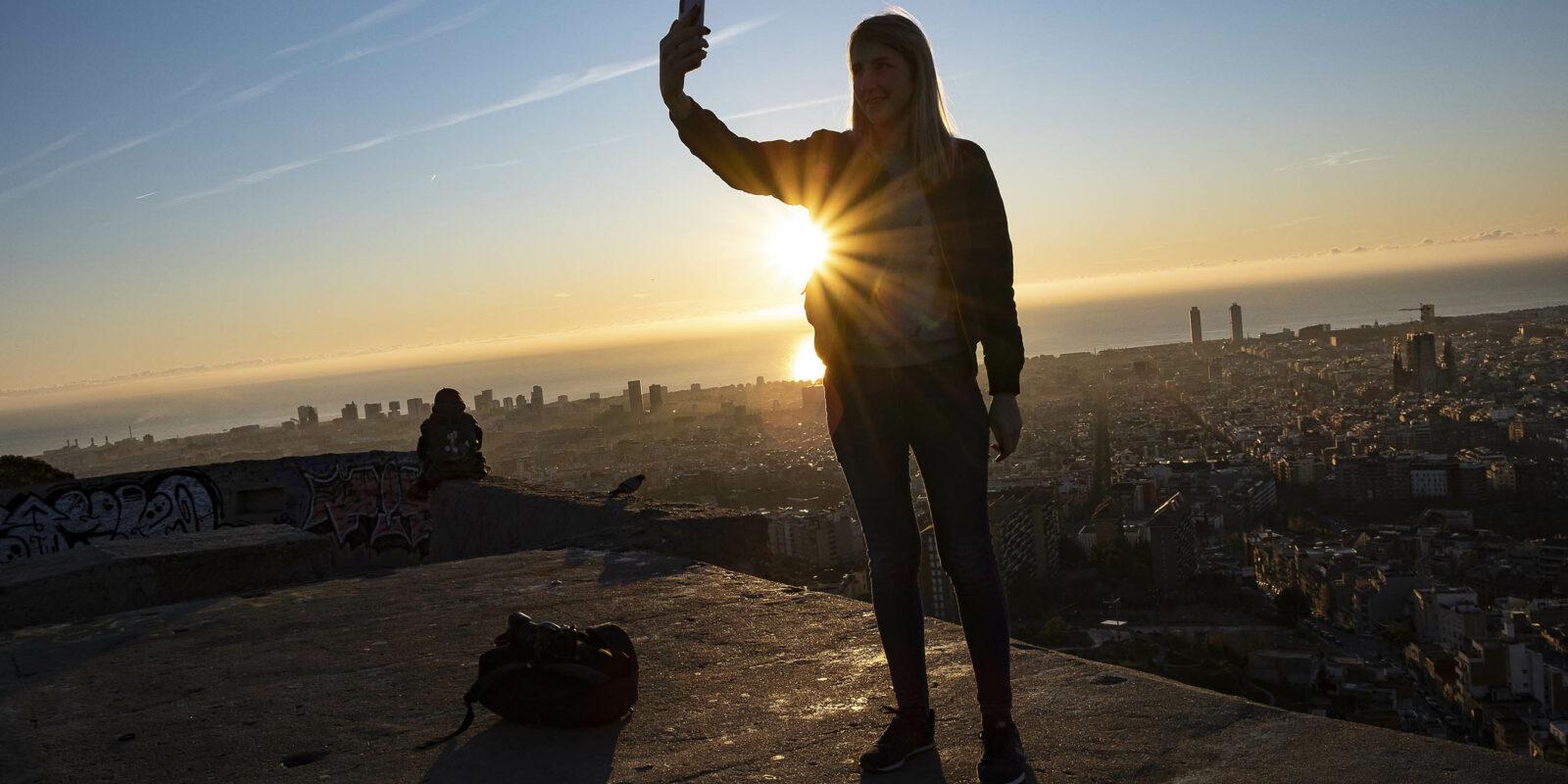 Una jove fent-se una selfie al mirador del Turó de la Rovira, en una imatge d'arxiu / Jordi Play