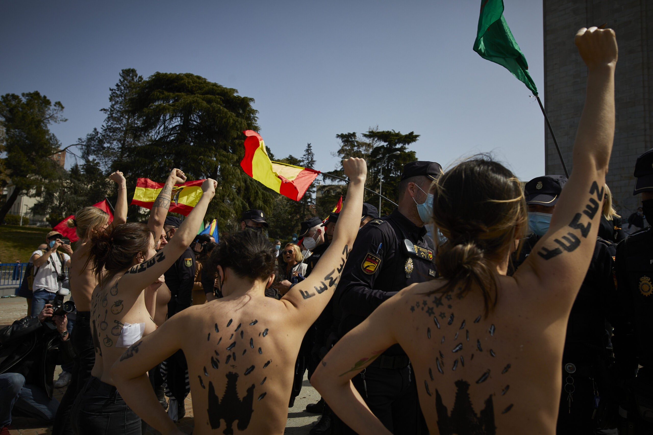 Activistes de Femen en un acte franquista protestant