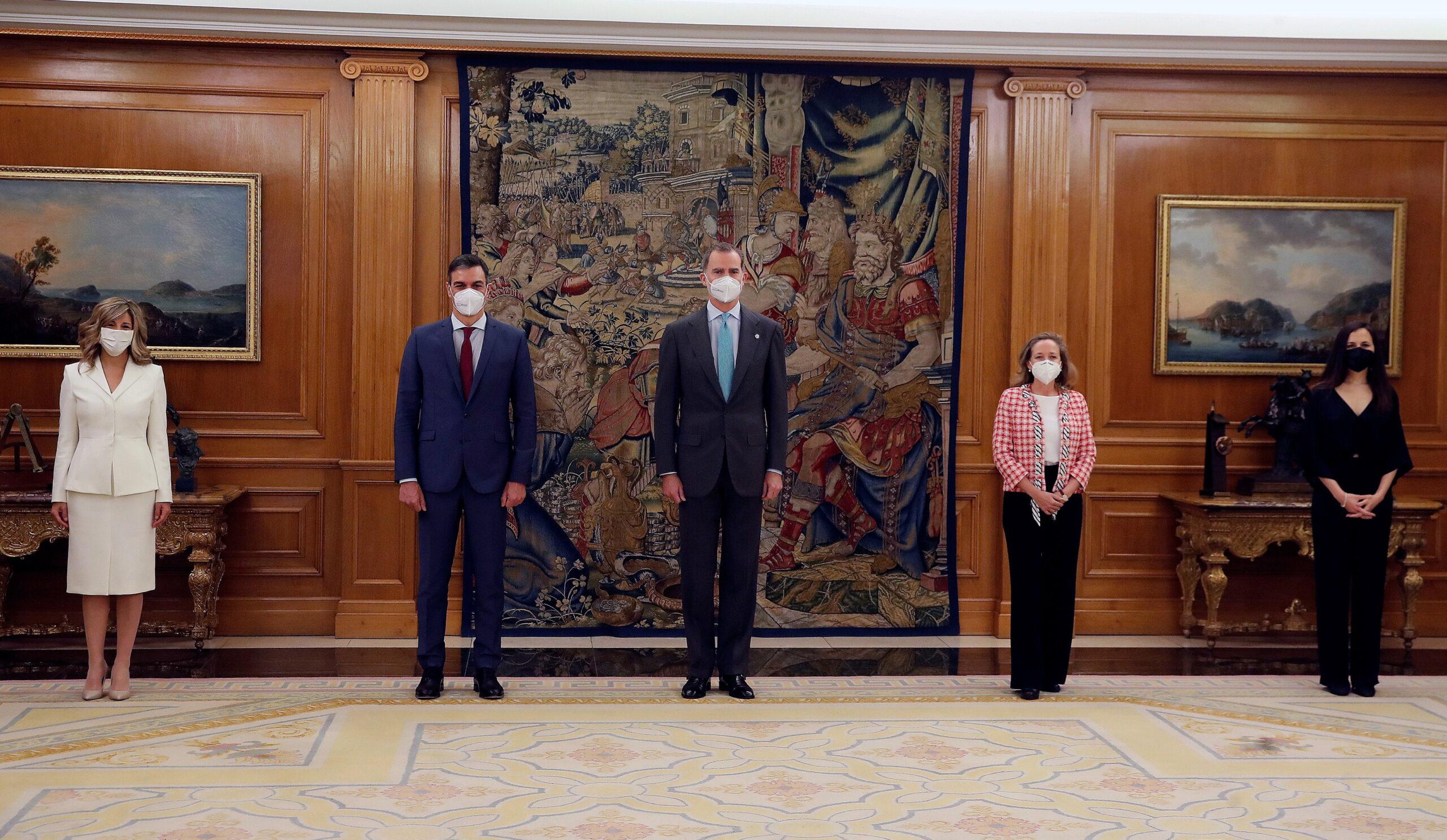 Yolanda Díaz, Pedro Sánchez, Felip VI, Nadia Calviño i Ione Belarra en l'acte de promesa de càrrecs al Palau de la Zarzuela | ACN