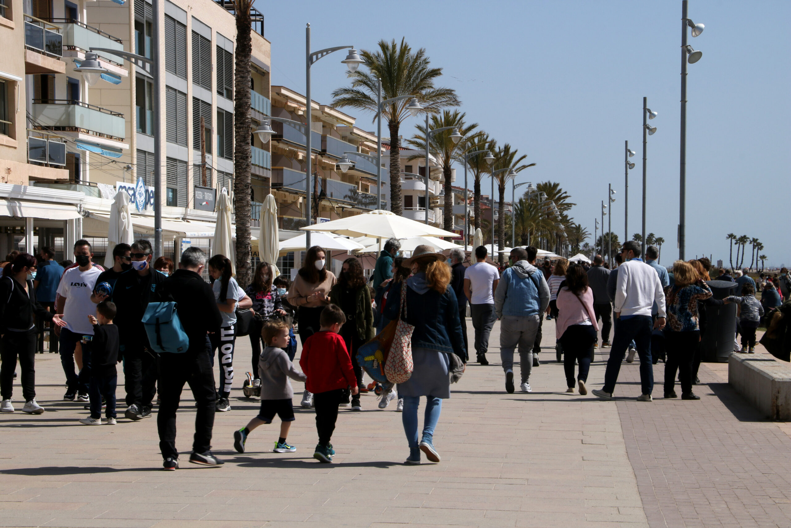 Persones passejant pel passeig marítim de Coma-ruga, al Vendrell, aquest Divendres Sant (ACN)