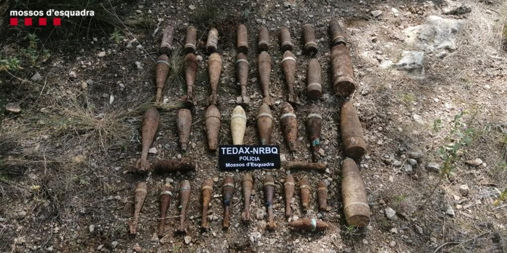 Pla general dels 32 artefactes explosius trobats en un marge d'una zona de conreu a Xerta. Imatge cedida el 3 d'abril del 2021 / ACN