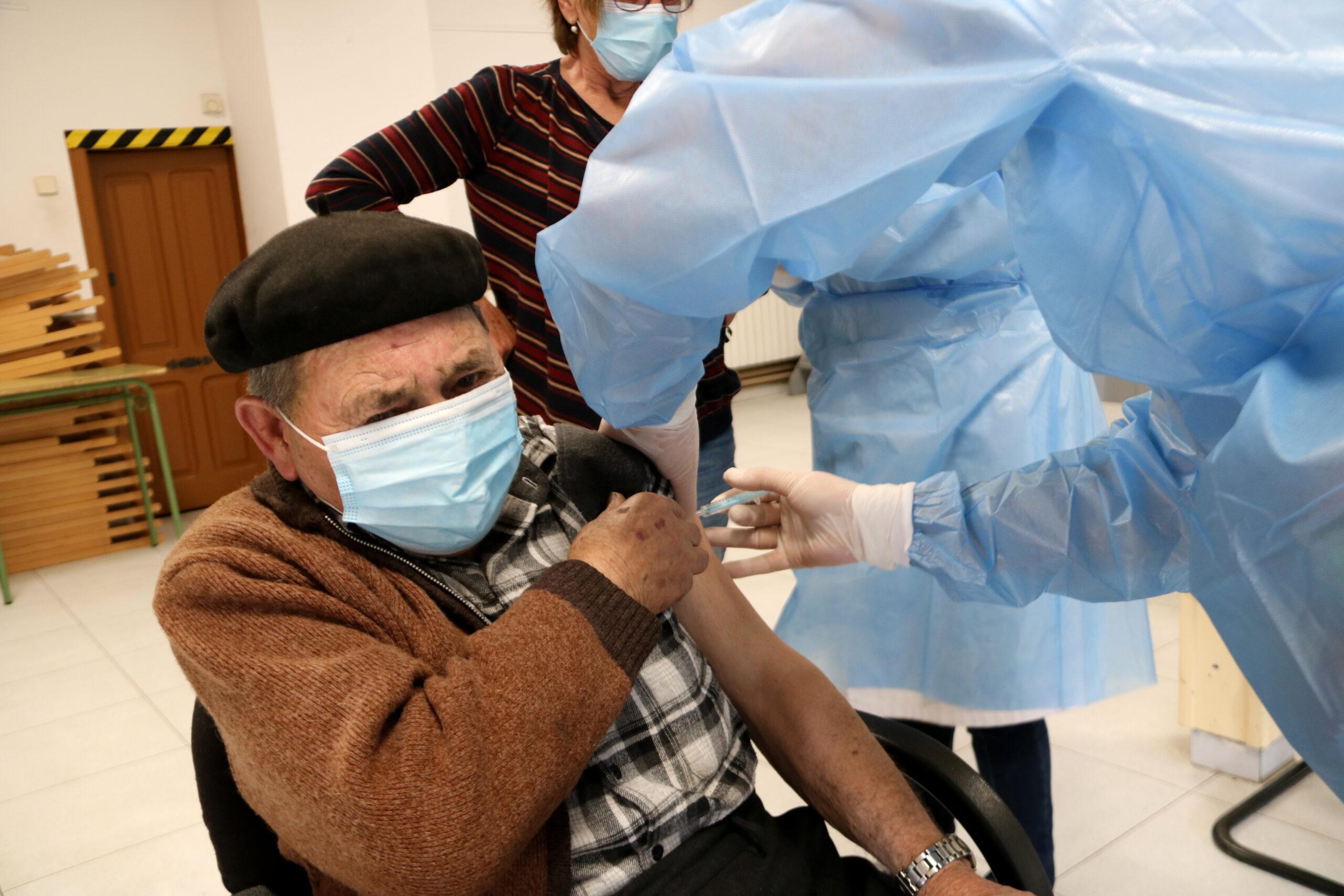 Un veí de la Vall Ferrera rebent la vacuna contra la covid-19 a Alins | ACN