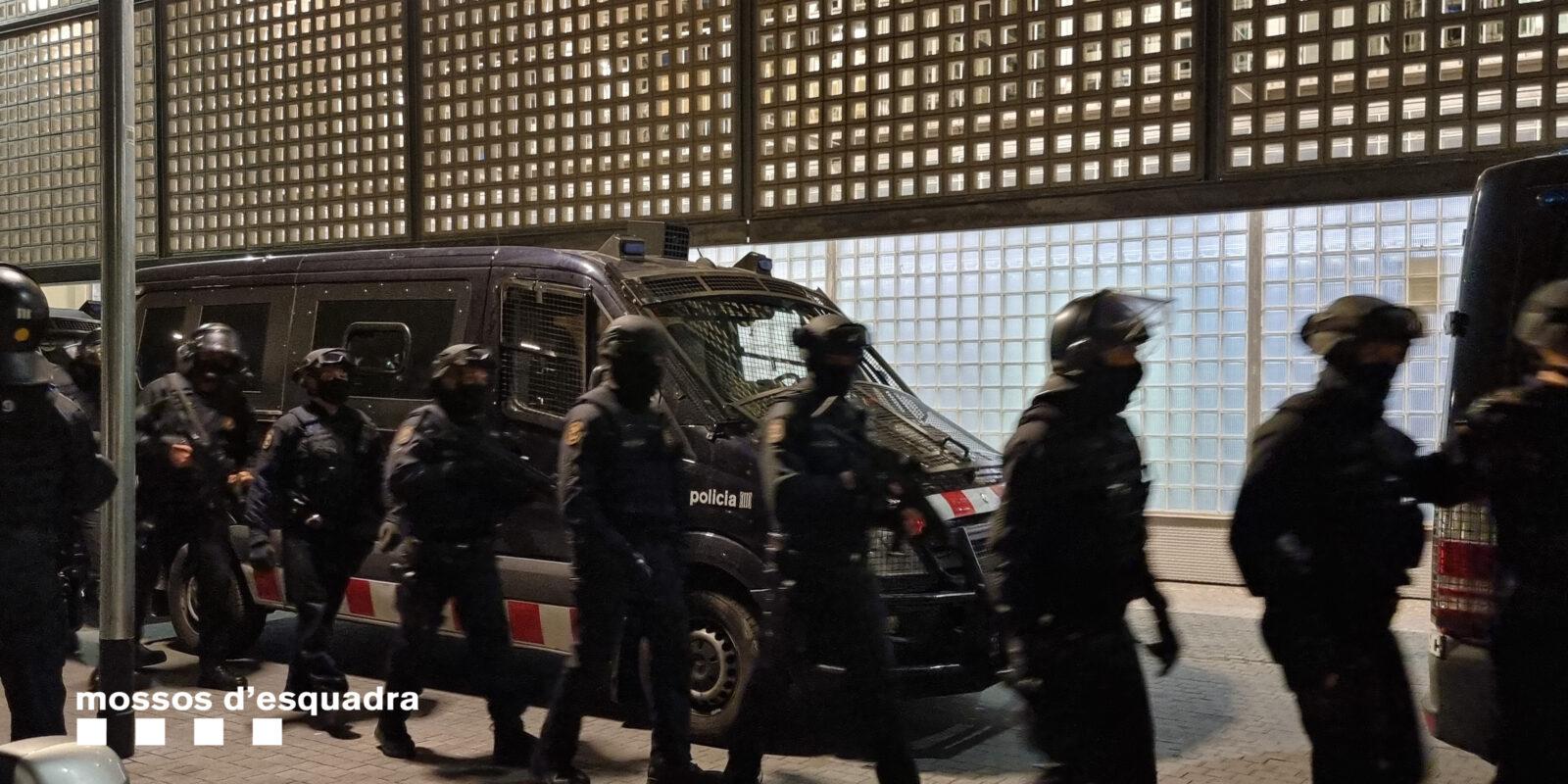Agents dels Mossos d'Esquadra es preparen per fer diverses entrades a Barcelona / CME