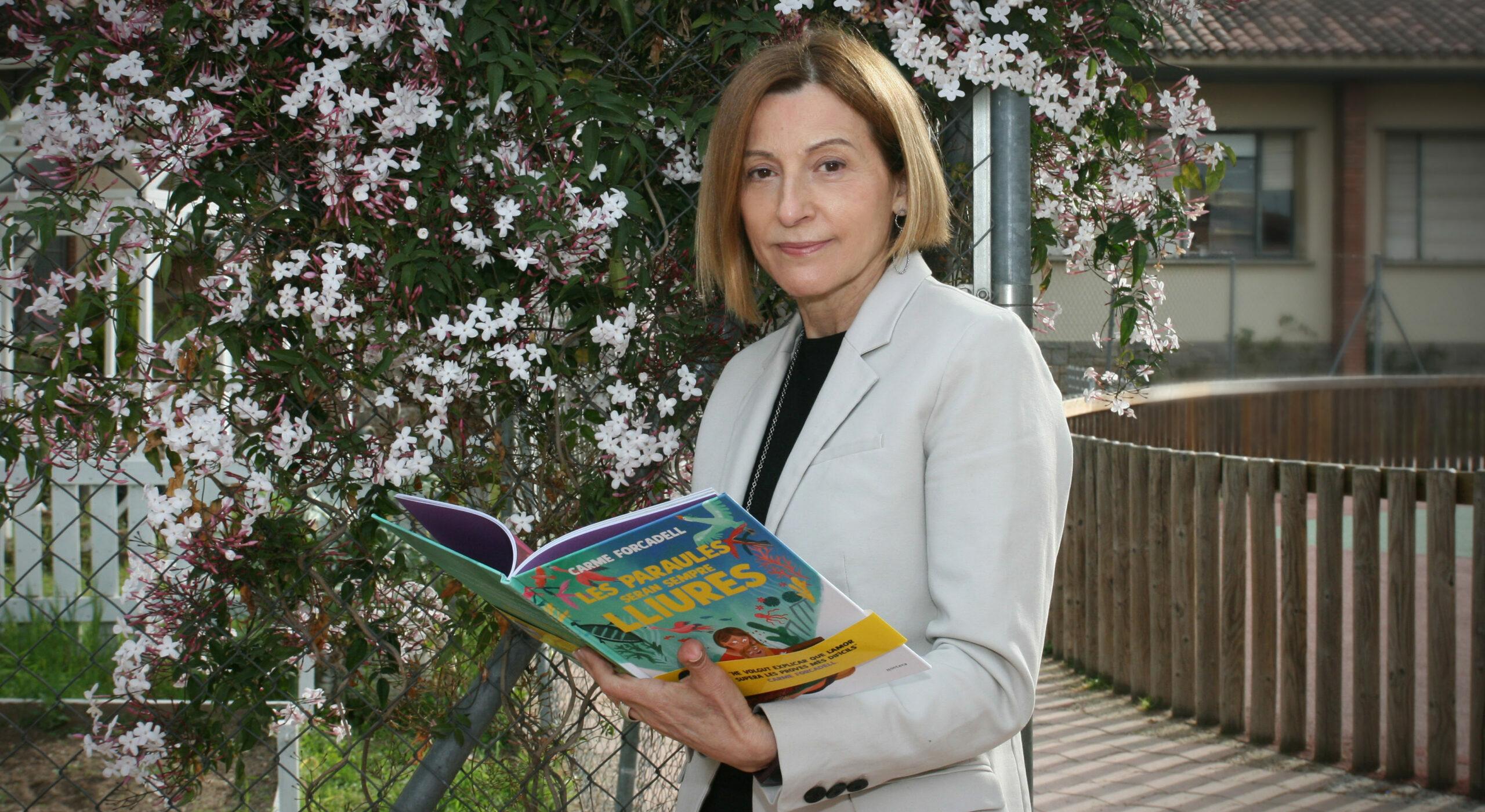 Carme Forcadell amb el llibre 'Les paraules seran sempre lliures', el conte que ha escrit per explicar al seu net que està empresonada / Editorial Montena