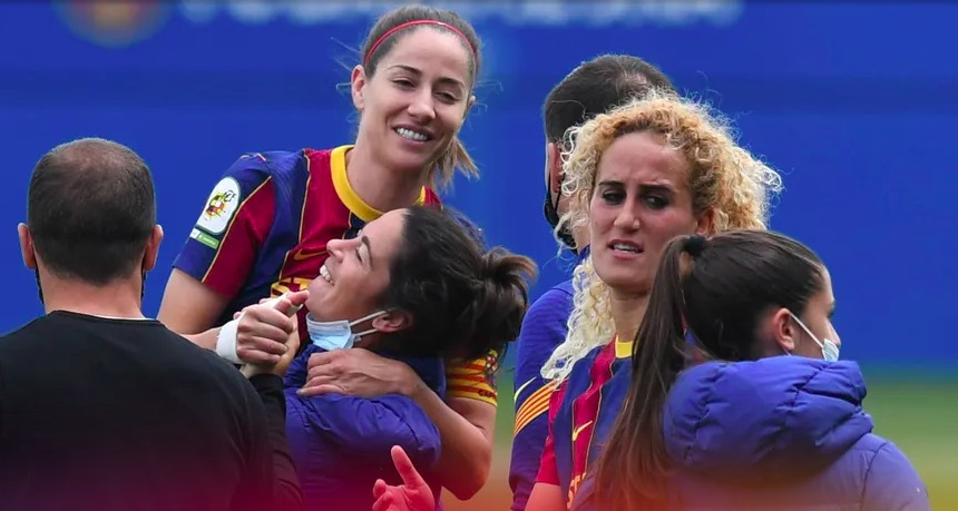 Vicky Lossada, abraçada per Marta Torrejón | FCB