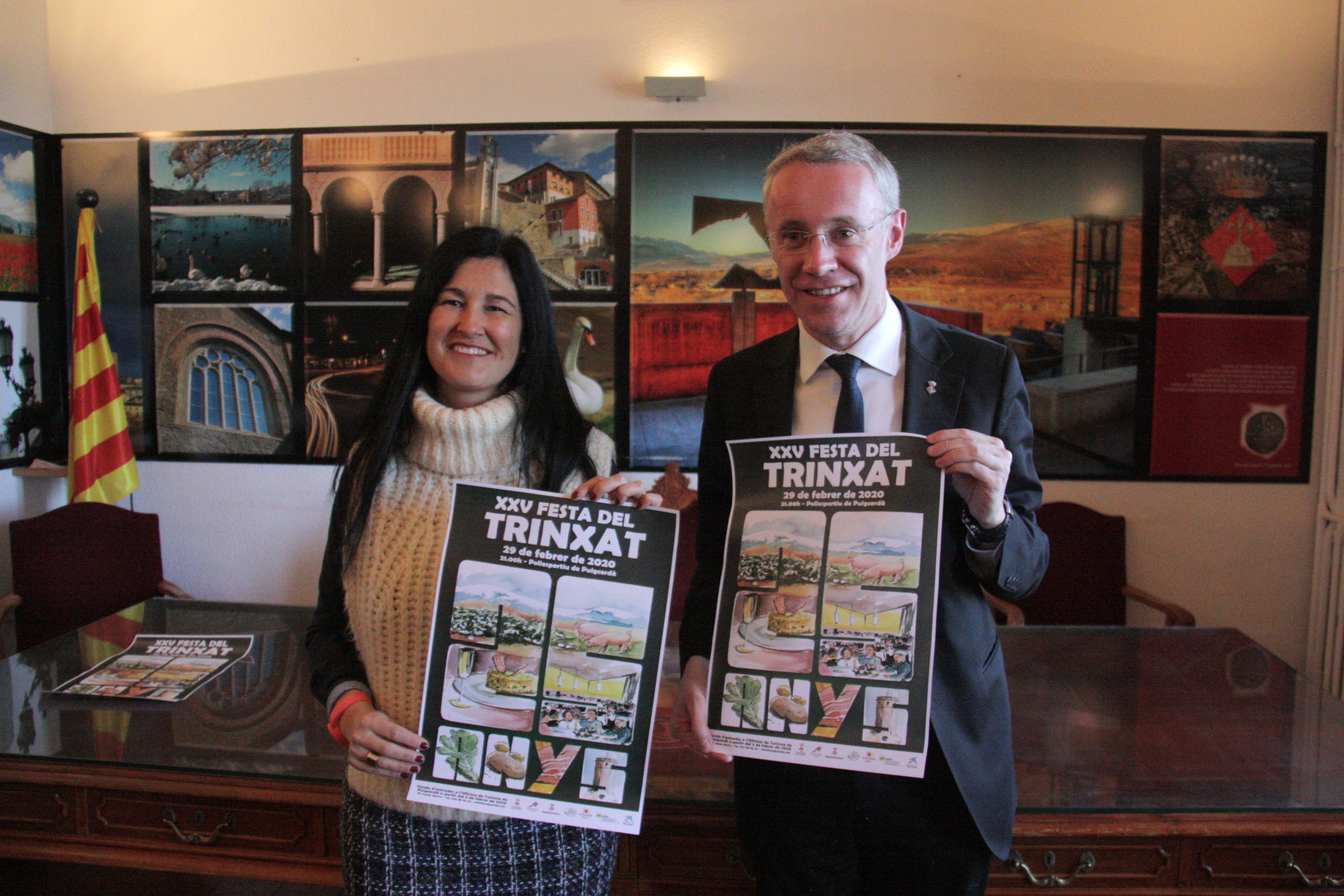 La regidora de turisme de l'Ajuntament de Puigcerdà, Carme Mas, i l'alcalde de Puigcerdà, Albert Piñeira, mostrant el cartell de la 25a festa del trinxat | ACN