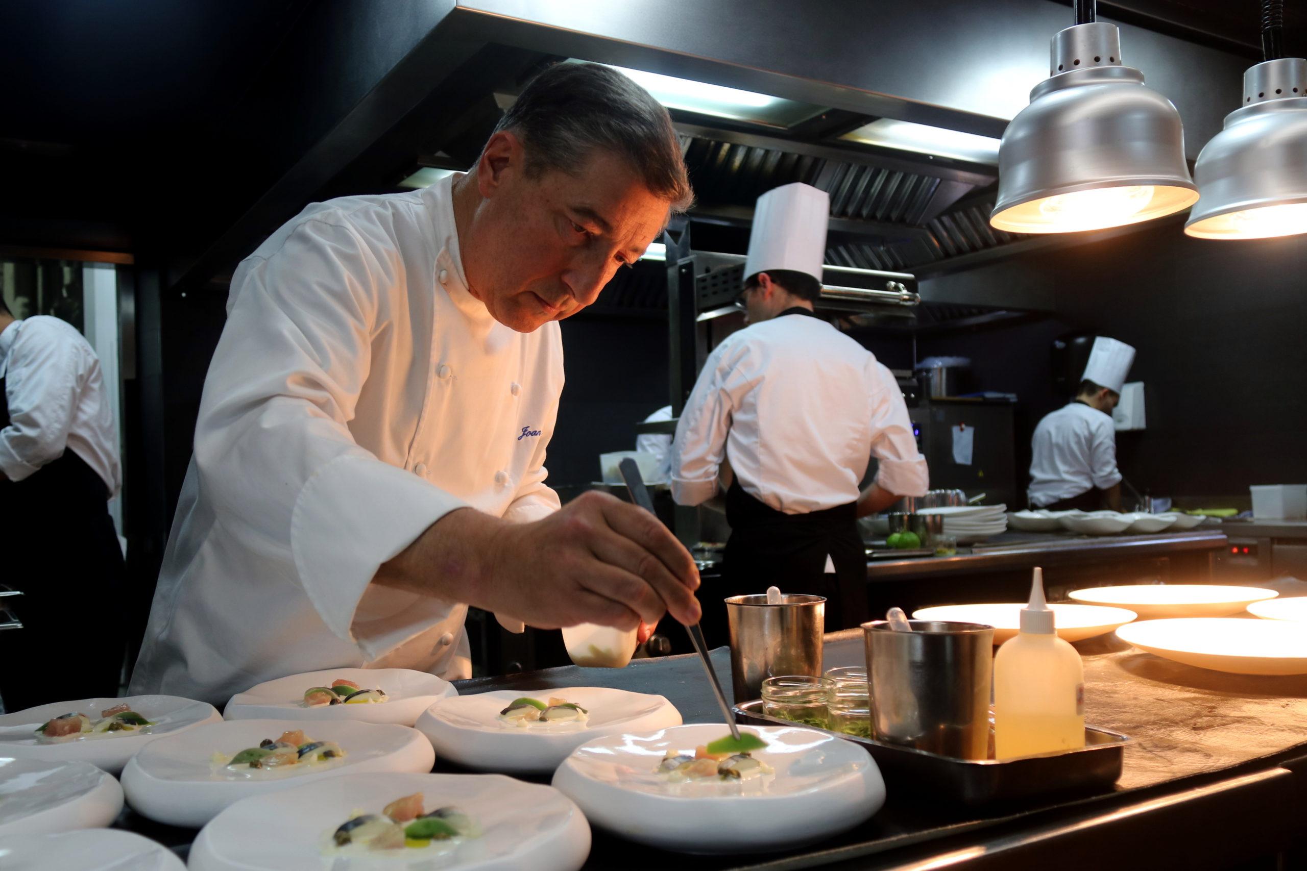 El xef gironí Joan Roca emplatant al restaurant El Celler de Can Roca | ACN