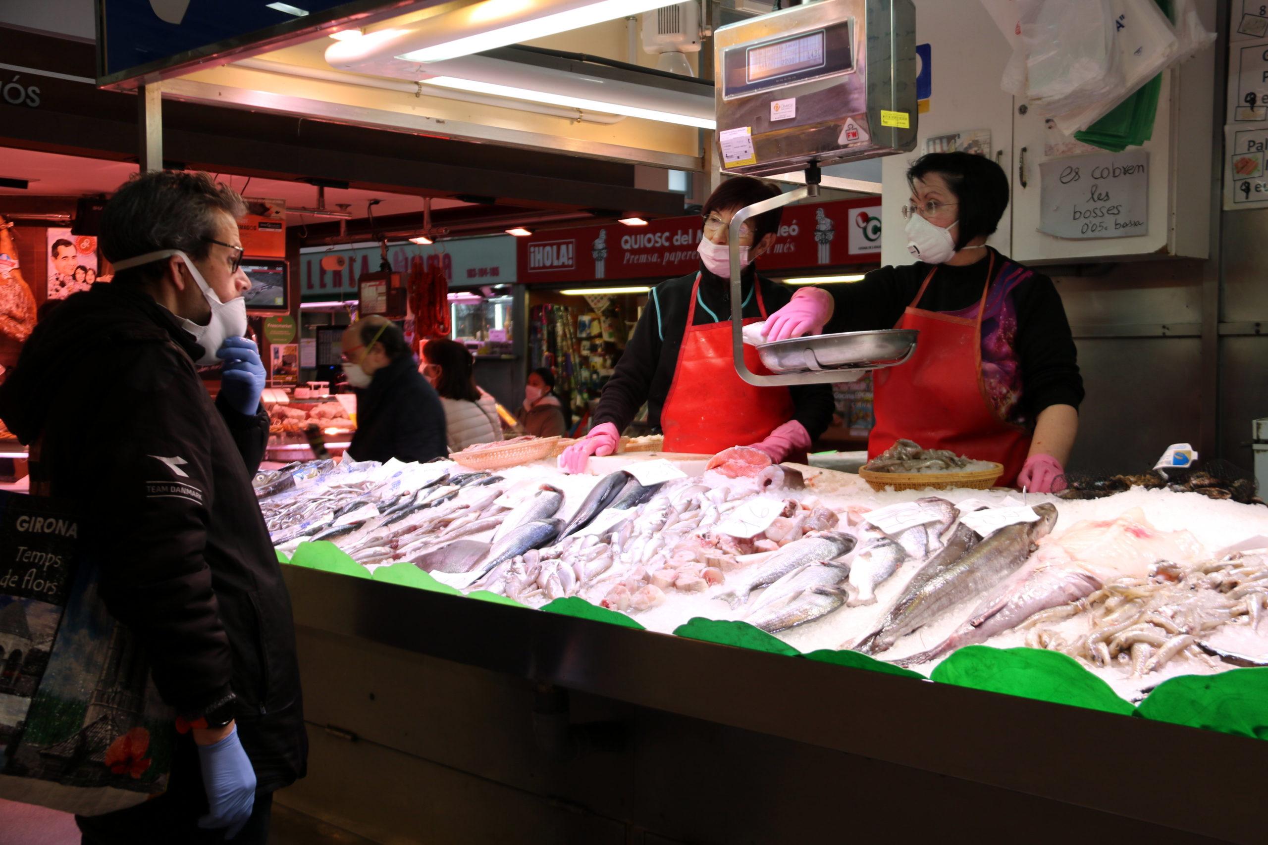 Un client comprant a una peixateria del Mercat del Lleó de Girona | ACN
