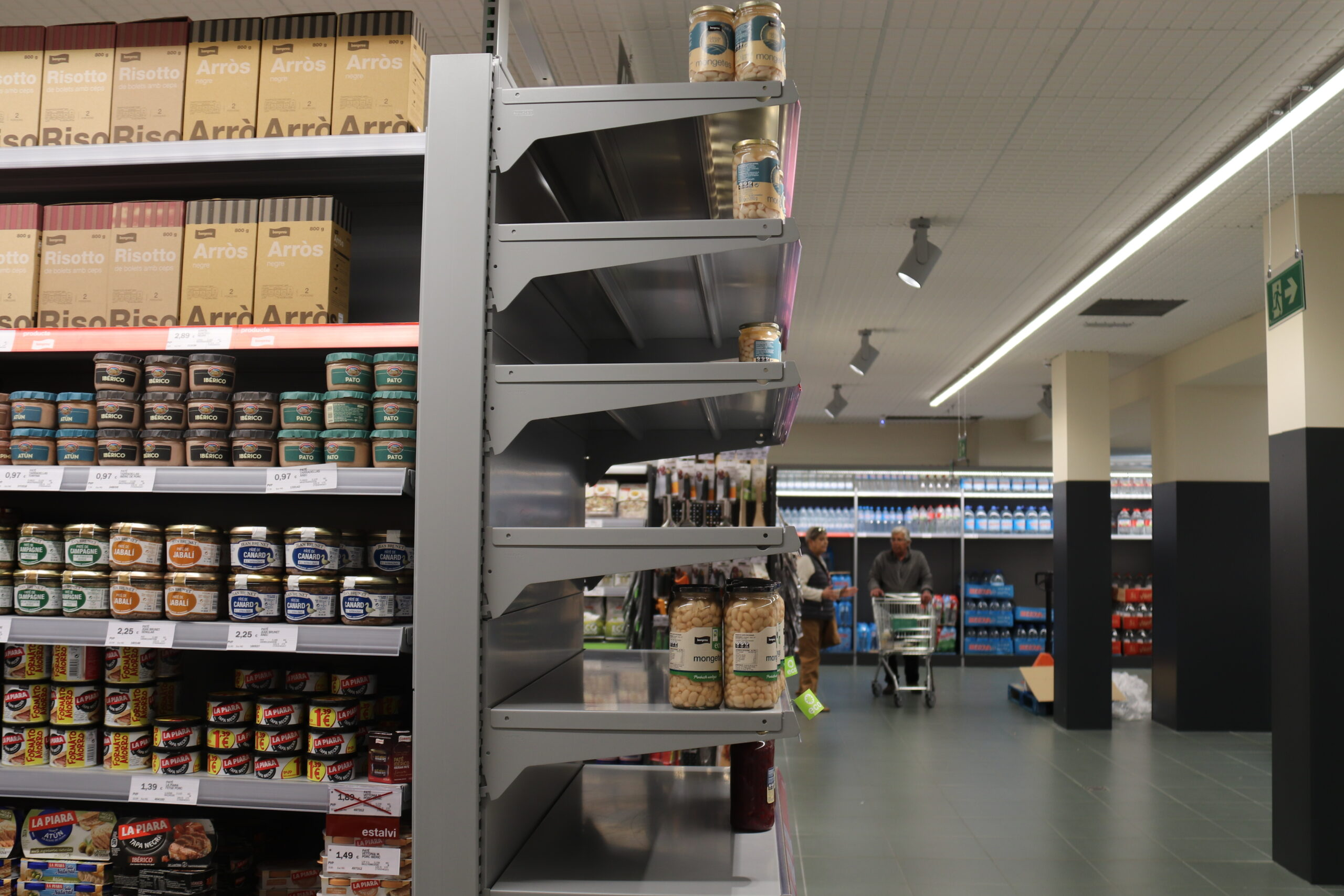 Un supermercat Bon Preu de Barcelona amb algunes prestatgeries buides | ACN