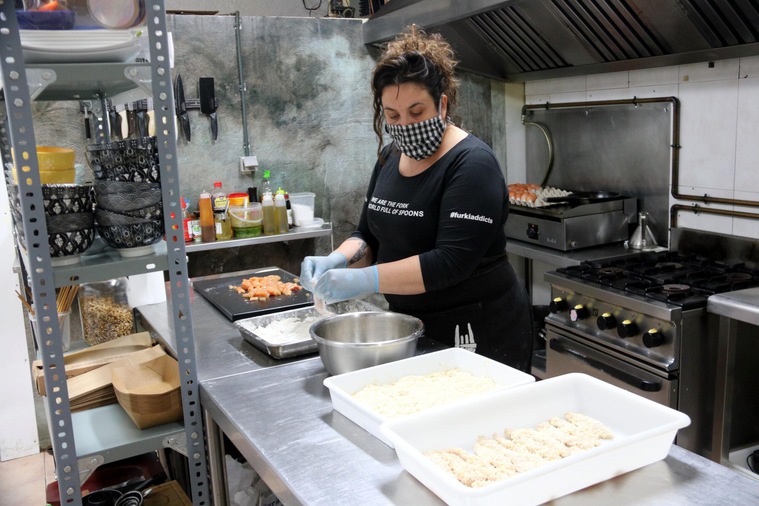 La propietària del restaurant La Forkilla, a la cuina | ACN